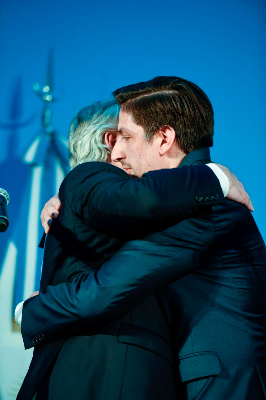 Alberto Fernández se abraza con el ministro de Educación Nicolás Trotta
