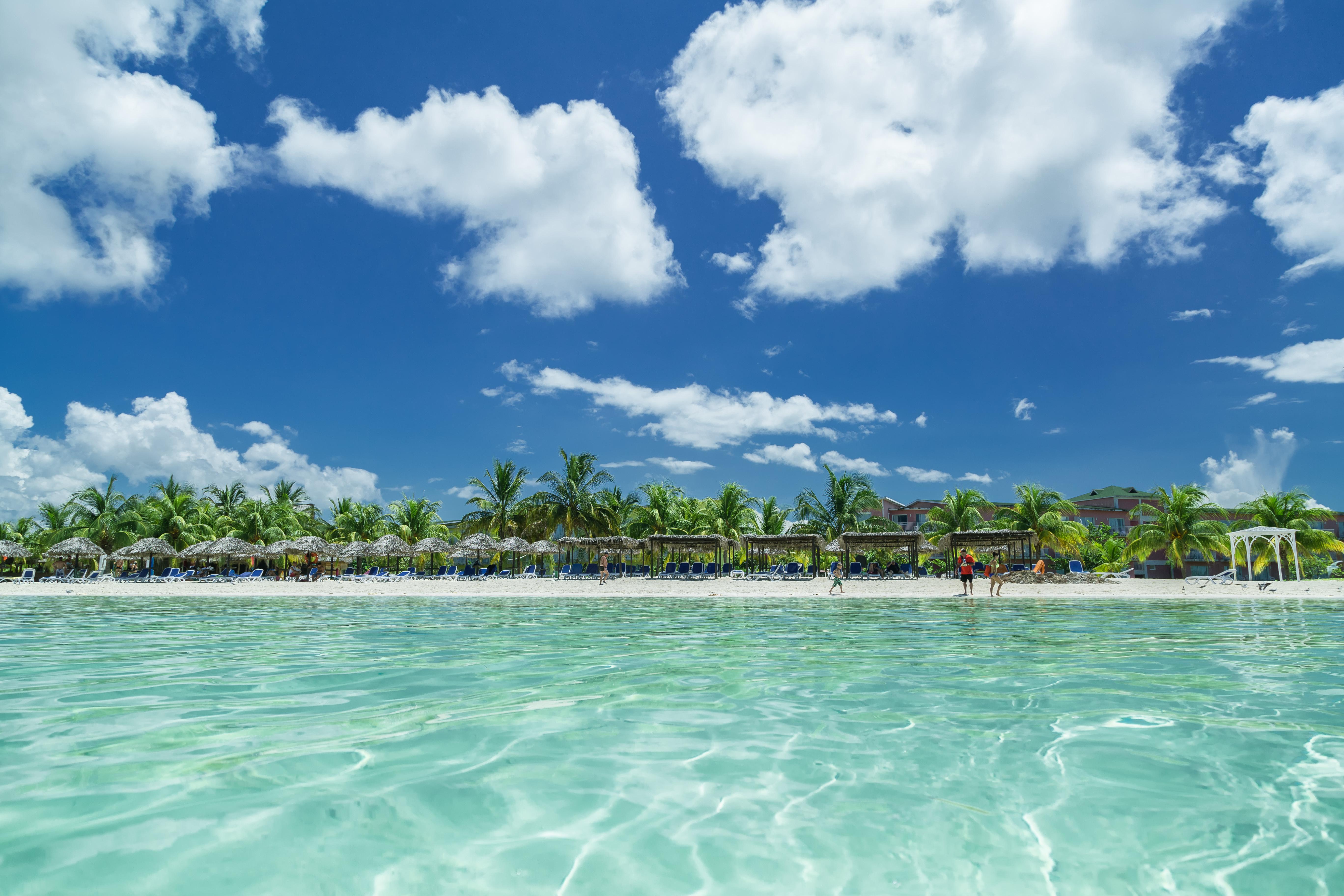 Cayo Coco es una isla tropical de la cadena Jardines del Rey, de la región central de Cuba. Es conocida por sus playas de arena blanca y los arrecifes de coral; y por su costa norte donde se afincan los balnearios all inclusive