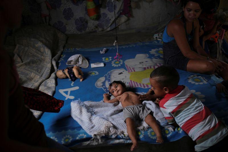 Gregoria Hernandez (23) junto a su hija de siete meses, Sonia, quien tiene diarrea y está por debajo de su peso en Barquisimeto (REUTERS/Carlos Garcia Rawlins)
