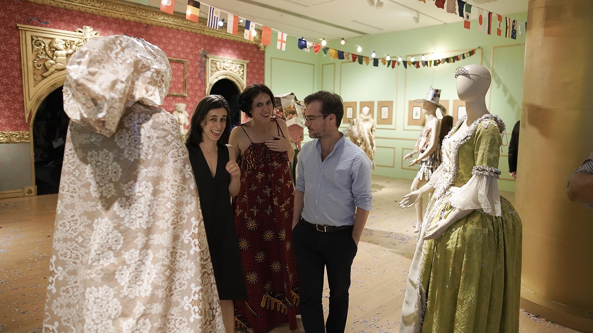 """Victoria Noorthoorn, directora del Museo, expresó: """"Es una inmensa alegría y un honor para el Museo Moderno celebrar la genialidad de un artista de la talla de Sergio De Loof, quien merece llamar la atención del mundo dada su infinita creatividad, su talento para ampliar la noción de arte, su invitación a la inclusión, la diversidad de género y la libertad de expresión. Con su alegría e inventiva transgresora, marcó a toda una generación al moldear tantos espacios sociales y nocturnos de Buenos Aires durante décadas, y produjo sus cientos de desfiles con los más diversos materiales que tuvo a mano, sorprendiendo siempre con su mirada"""""""