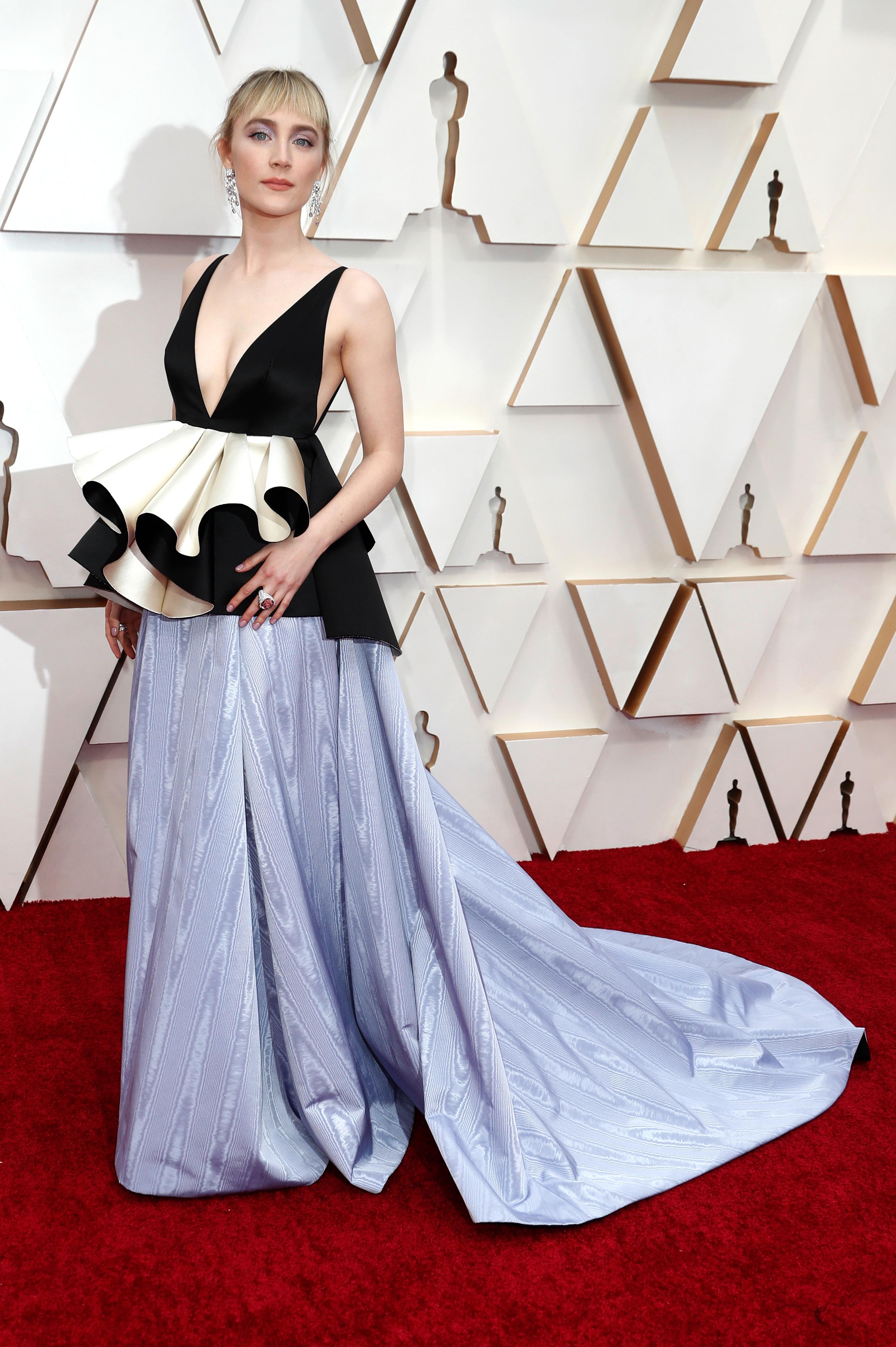 Saorise Ronan nominada por Mujercitas, lució un diseño de Gucci, tricolor en negro, amarillo y lila, con peplum, gran escote V y falda vaporosa