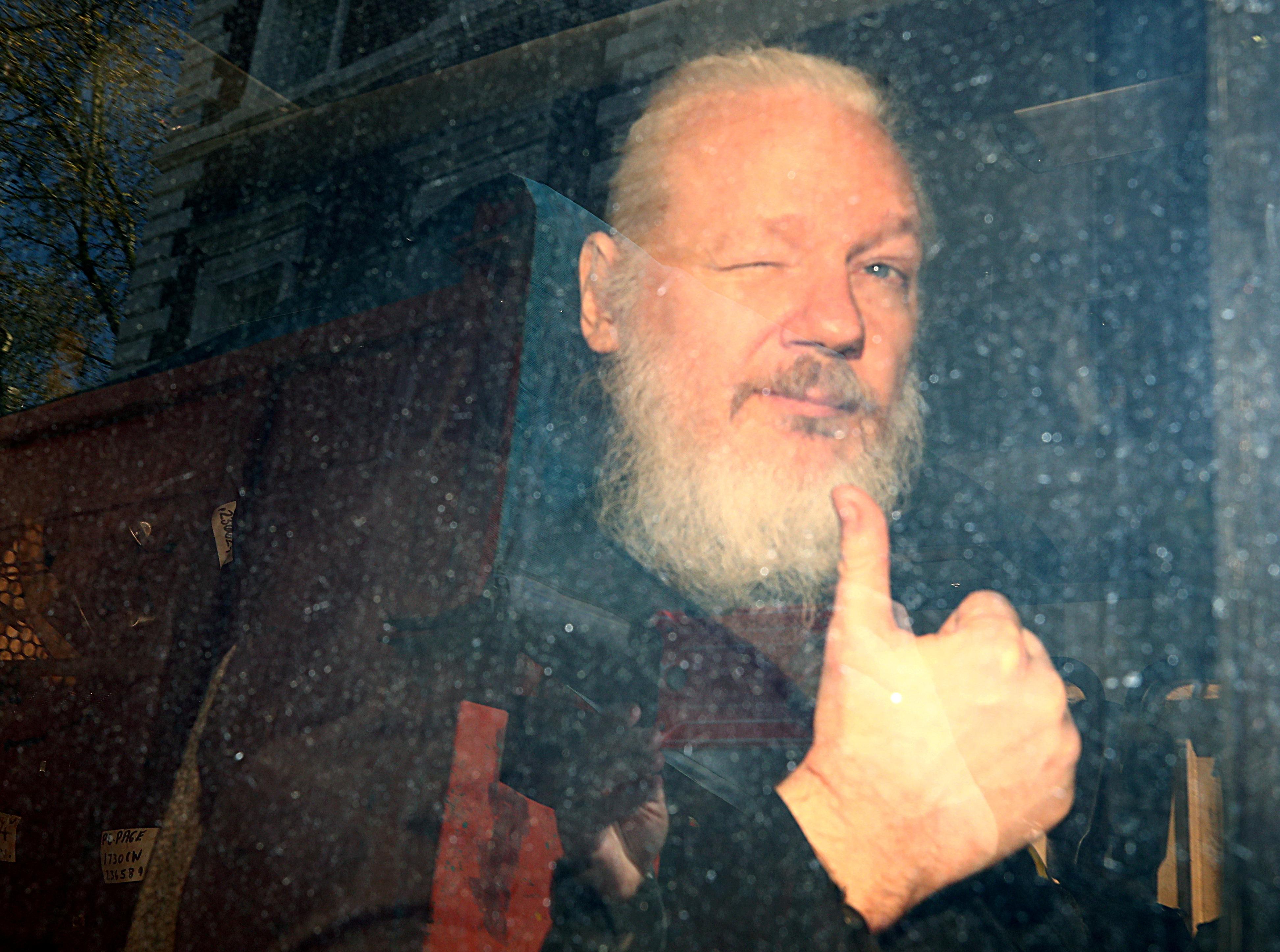 El fundador de WikiLeaks, Julian Assange, llega a la Corte de Westminster, después de haber sido arrestado en Londres el 11 de abril de 2019 (REUTERS/Hannah McKay)