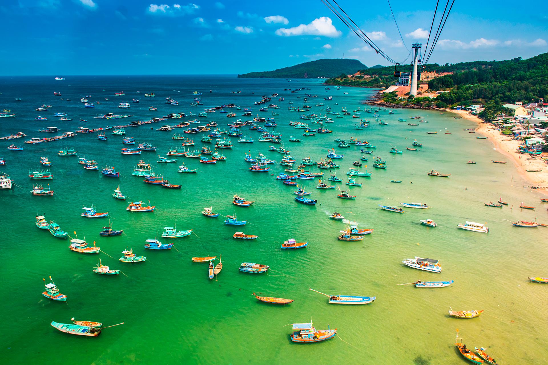 Rodeada de playas de arena blanca y con grandes extensiones aún envueltas en una densa jungla tropical, Phu Quoc se transformó rápidamente de un tranquilo remanso de la isla en una escapada de playa obligada para los expatriados occidentales y los turistas que buscan el sol
