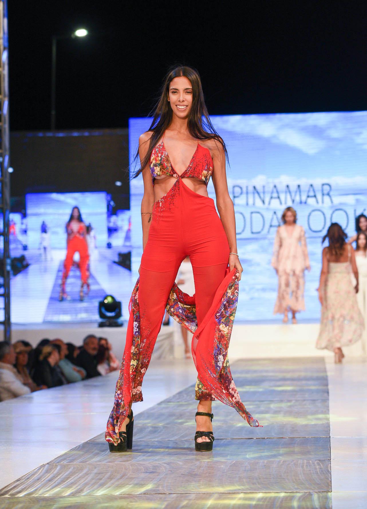 Maypi Delgado con mono rojo estampado de flores, con gran escote V y corte en la cintura. Dos tendencias que se imponen esta temporada de verano