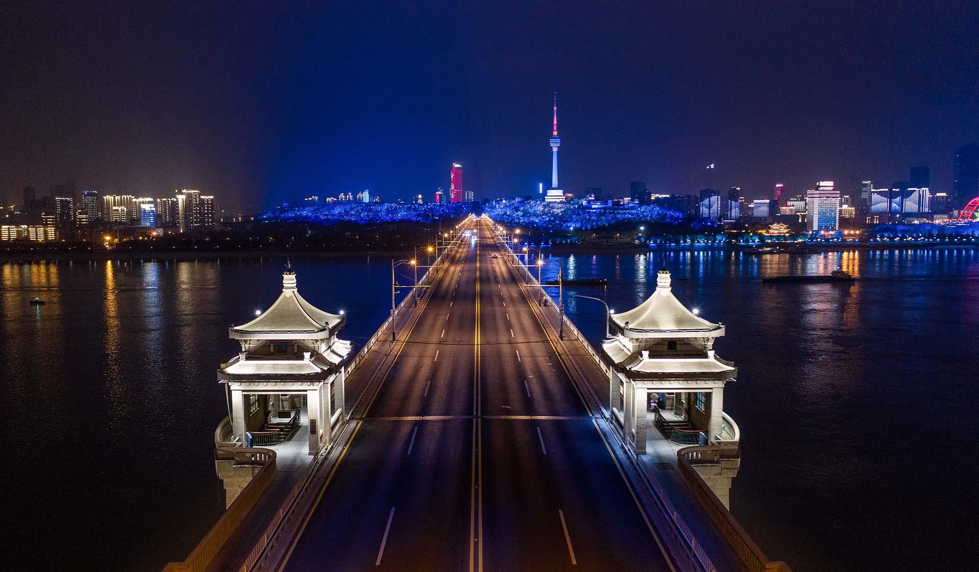 Un puente sobre el Yangtze en Wuhan, China, dodne comenzó la pandemia.