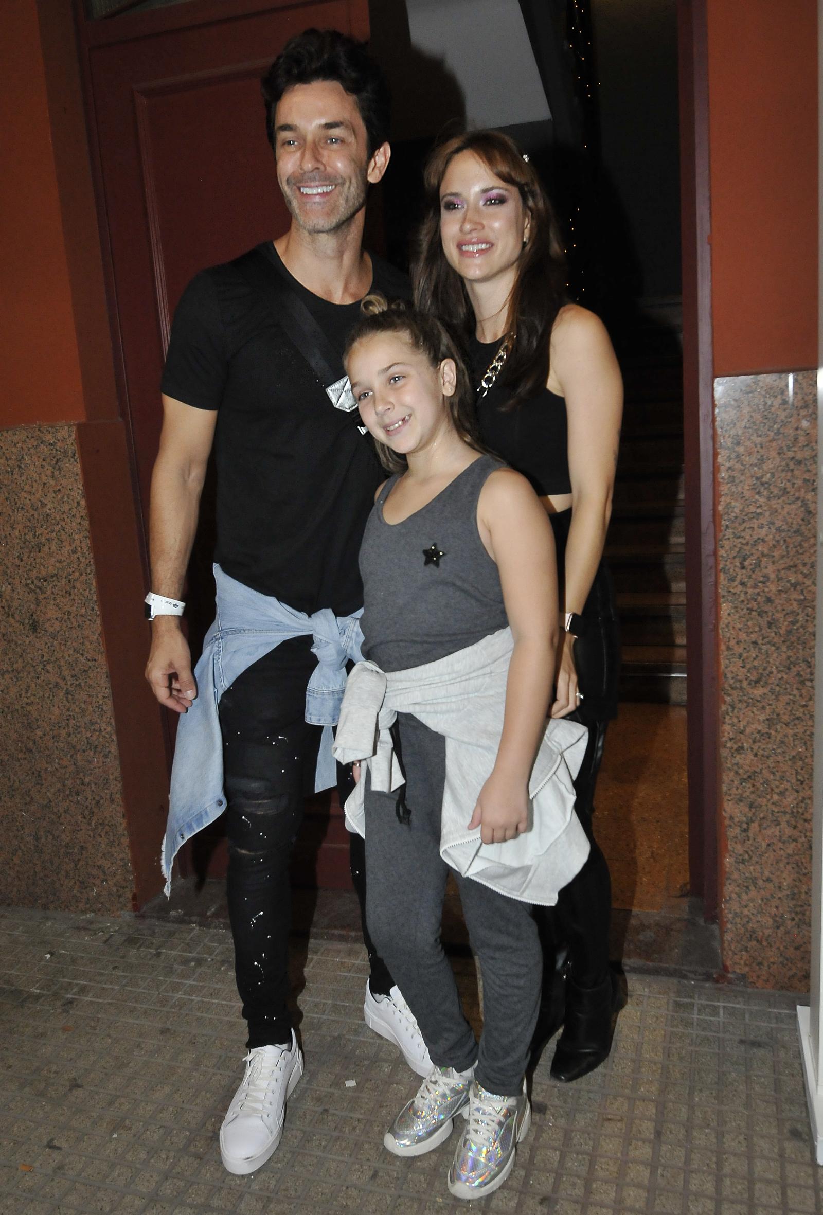 Mariano Martínez junto a su hija Olivia y su mujer Camila Cavallo