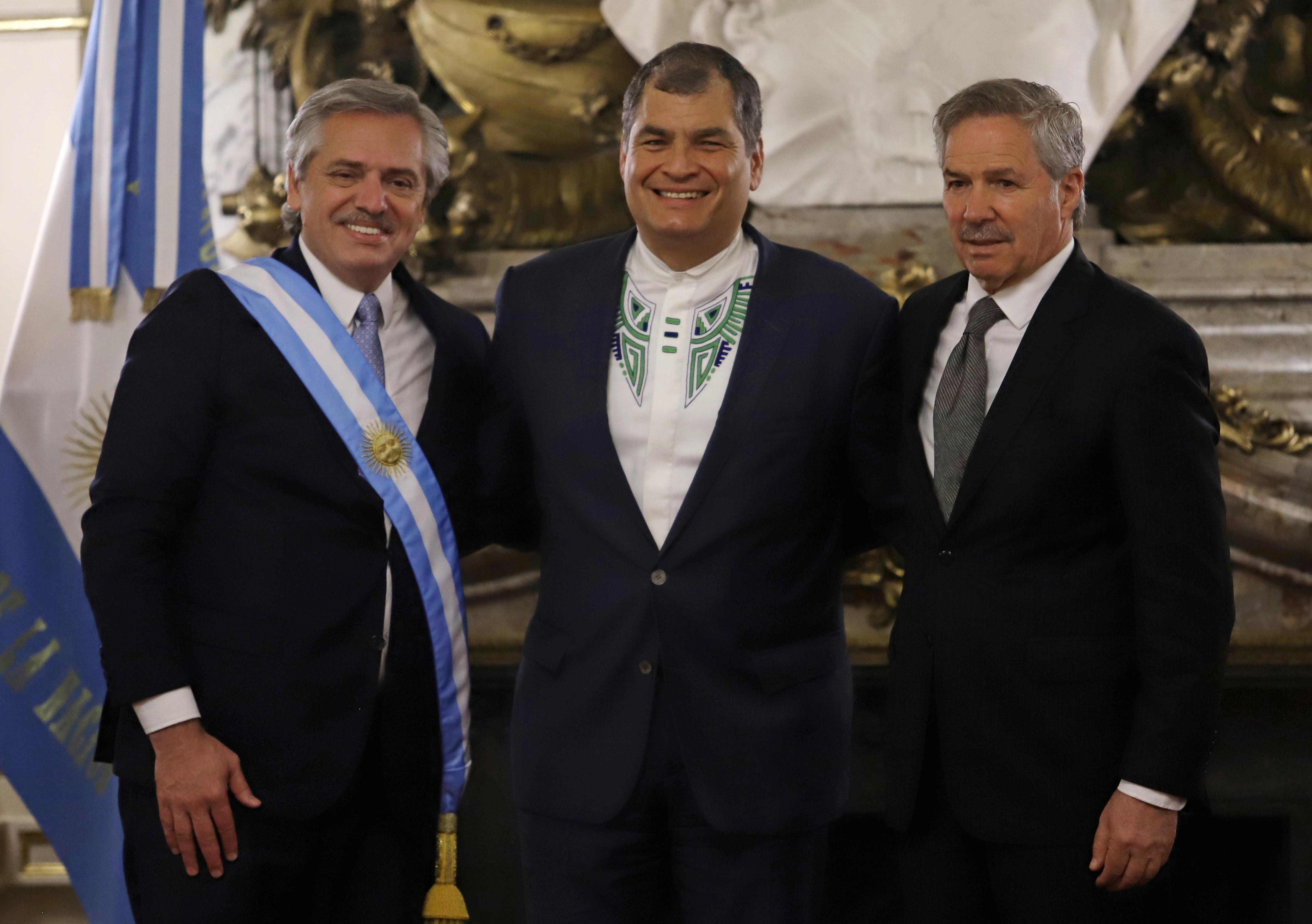 El presidente Alberto Fernández posa junto al ex mandatario de Ecuador Rafael Correa y el canciller Felipe Solá