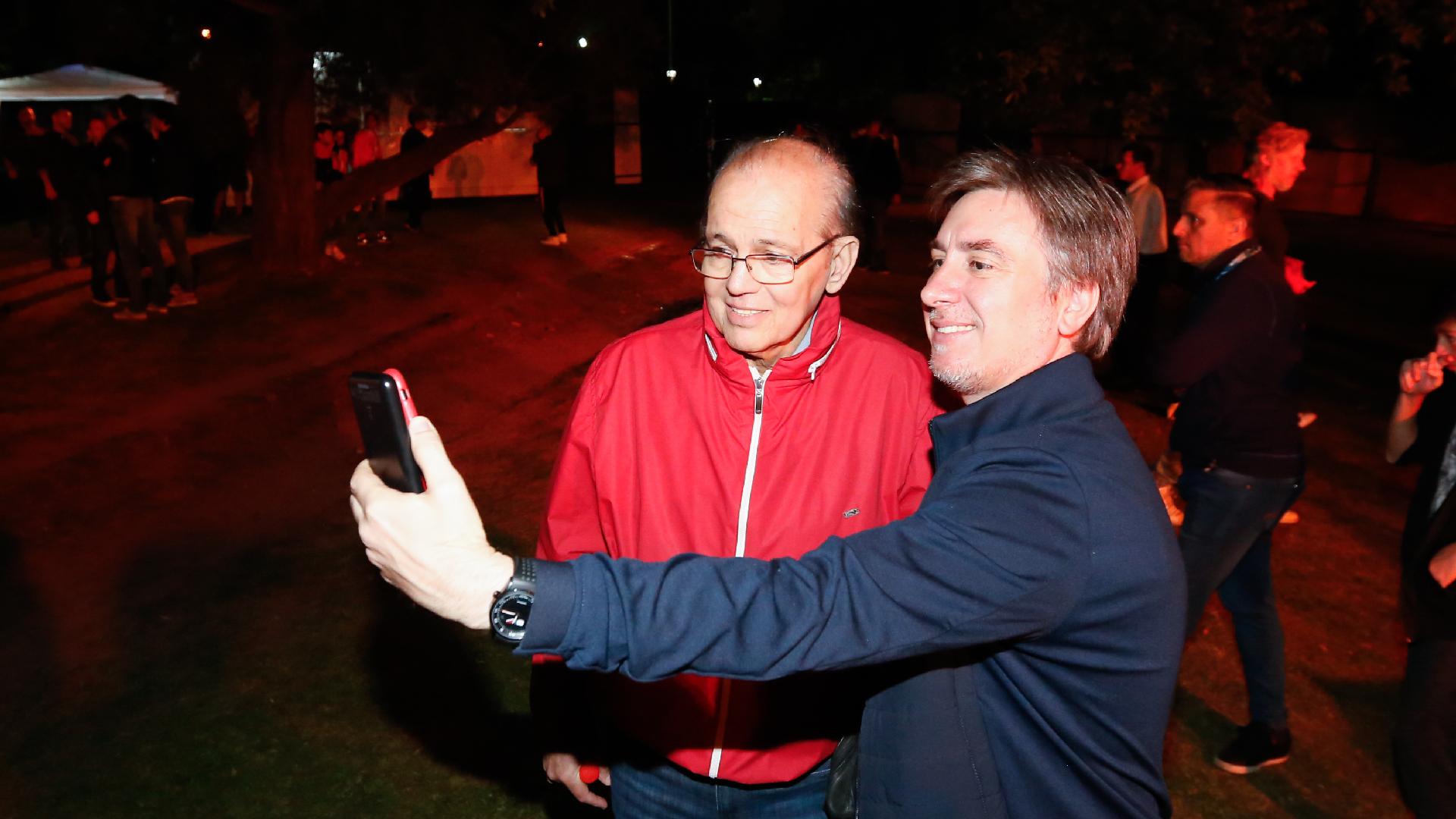 Un fanático le pidió una selfie a Alejandro Sabella, histórico jugador y el entrenador que conquistó la última Copa Libertadores para el club en 2009 (Nicolás Aboaf)