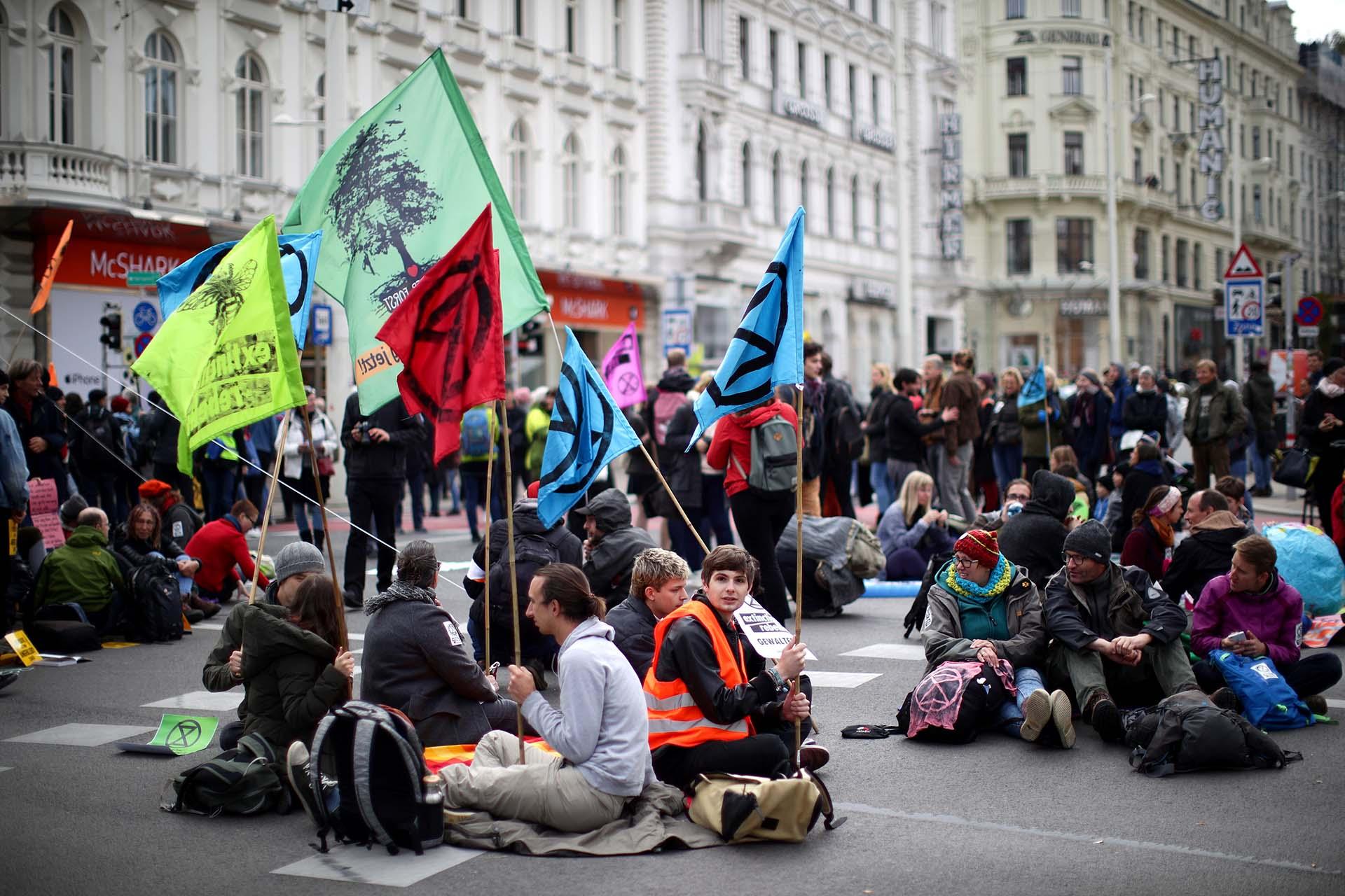 Activistas del cambio climático bloquean un camino durante la protesta de la Rebelión de la Extinción en Viena, Austria, el 7 de octubre de 2019. REUTERS / Lisi Niesner