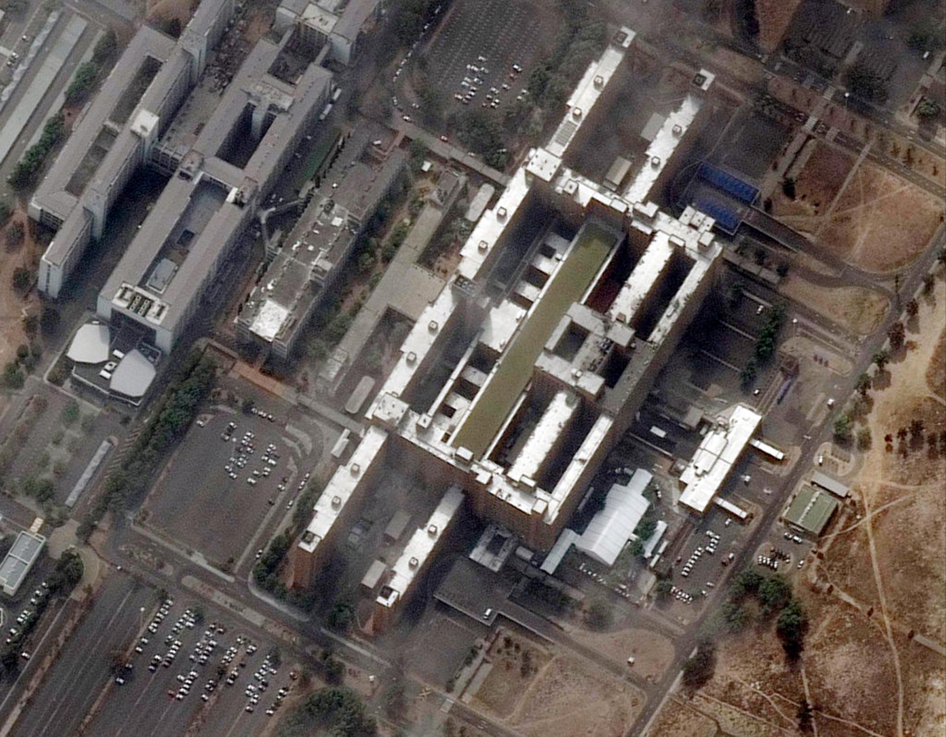 En Sudáfrica el Hospital Tygerberg de Ciudad del Cabo ha construido instalaciones al aire libre en los estacionamientos (las carpas blancas en la parte inferior derecha de la fotografía)