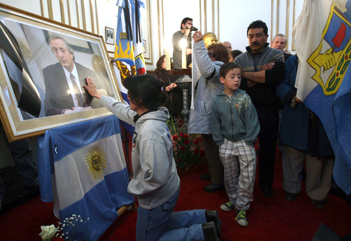 Miles de personas pudieron durante casi tres días entrar a la Casa Rosada para despedir a Néstor Kirchner y, desde lejos, darle palabras de consuelo a Cristina Fernández