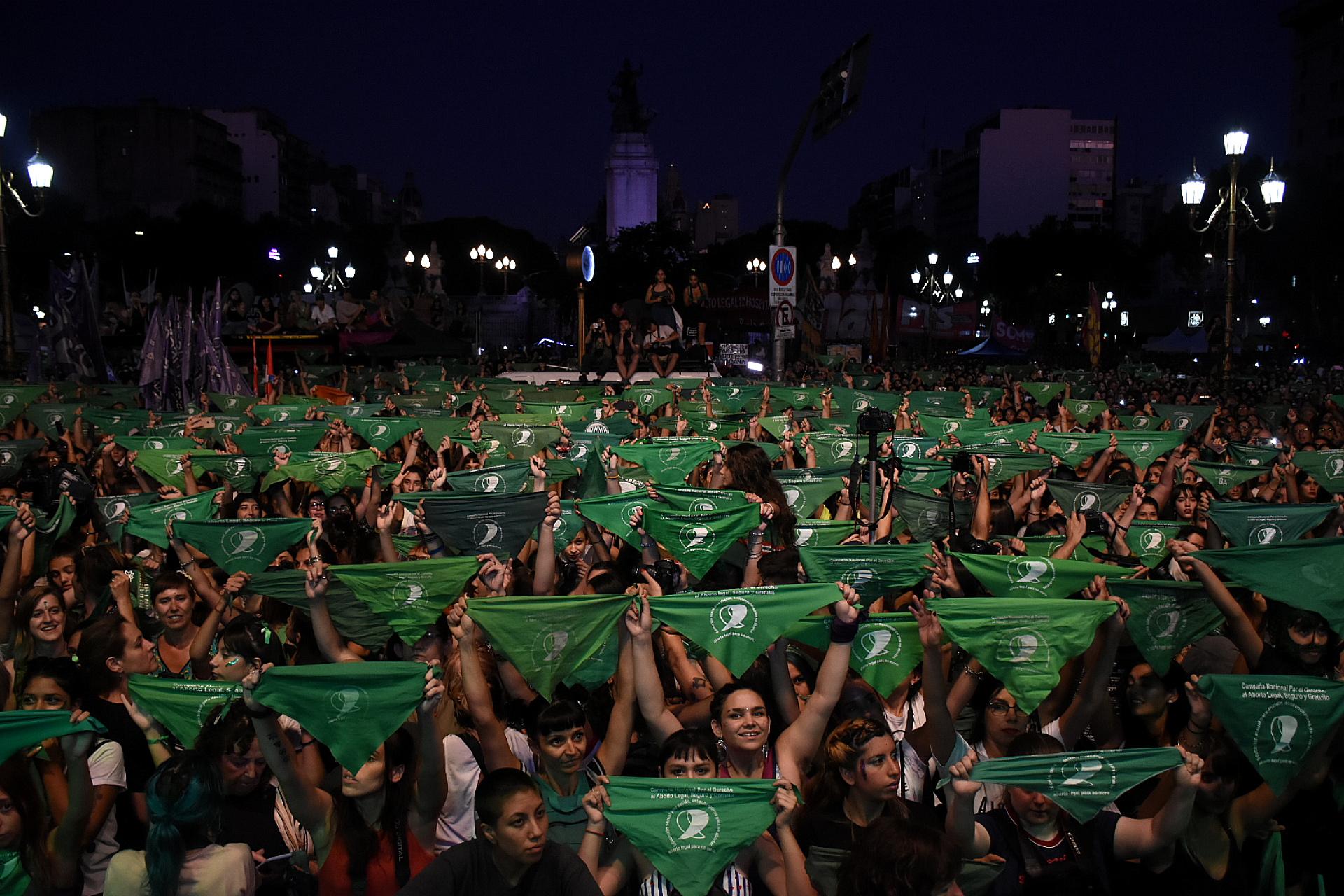 Los pañuelos verdes en alto en el centro de la marcha