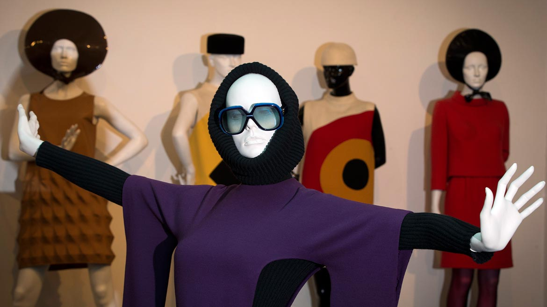 En 1950, dos años después de trabajar con Dior, Pierre Cardin funda su propia empresa, en el número 10 de la rue Richepanse. Ahí comenzó a diseñar máscaras y vestuario para el teatro