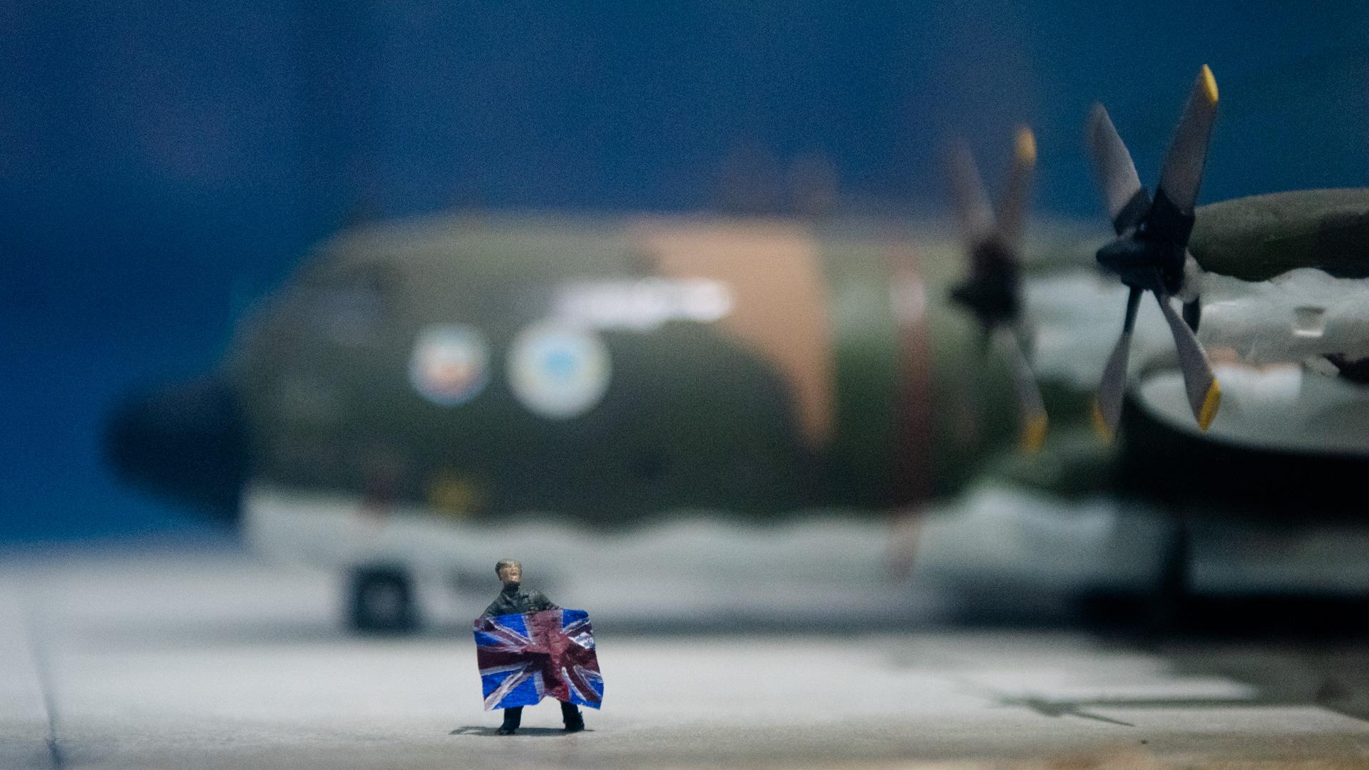Un soldado sostiene una bandera británica en una de las maquetas