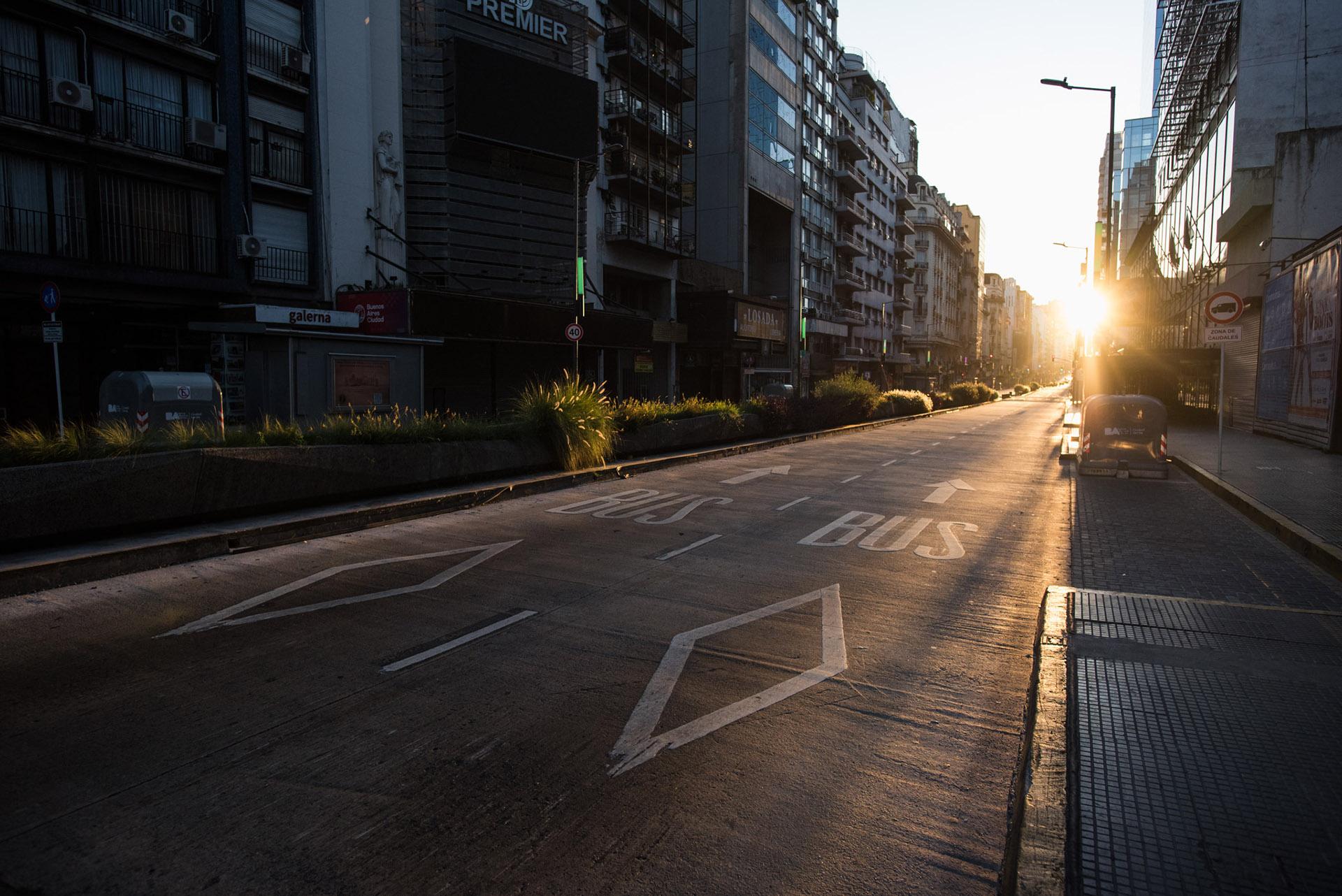 Los carriles del carril exclusivo para colectivos sobre Avenida Corrientes
