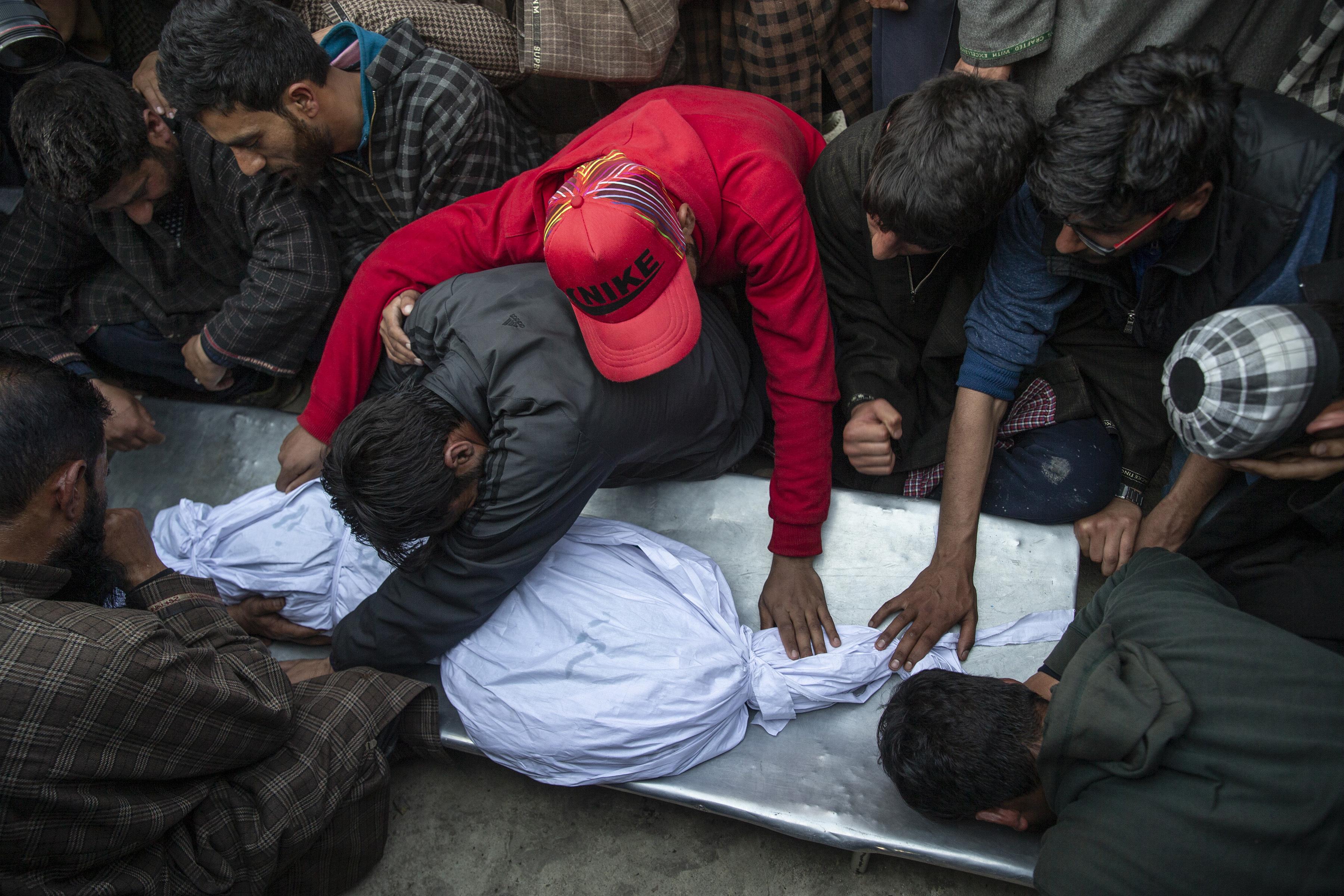 Los aldeanos de Cachemira se lamentan cerca del cuerpo de un niño de 11 años, Aatif Mir, durante su procesión fúnebre en la aldea de Hajin, al norte de Srinagar, controlada por los indios Cachemira, el 22 de marzo de 2019. (Foto AP / Dar Yasin)