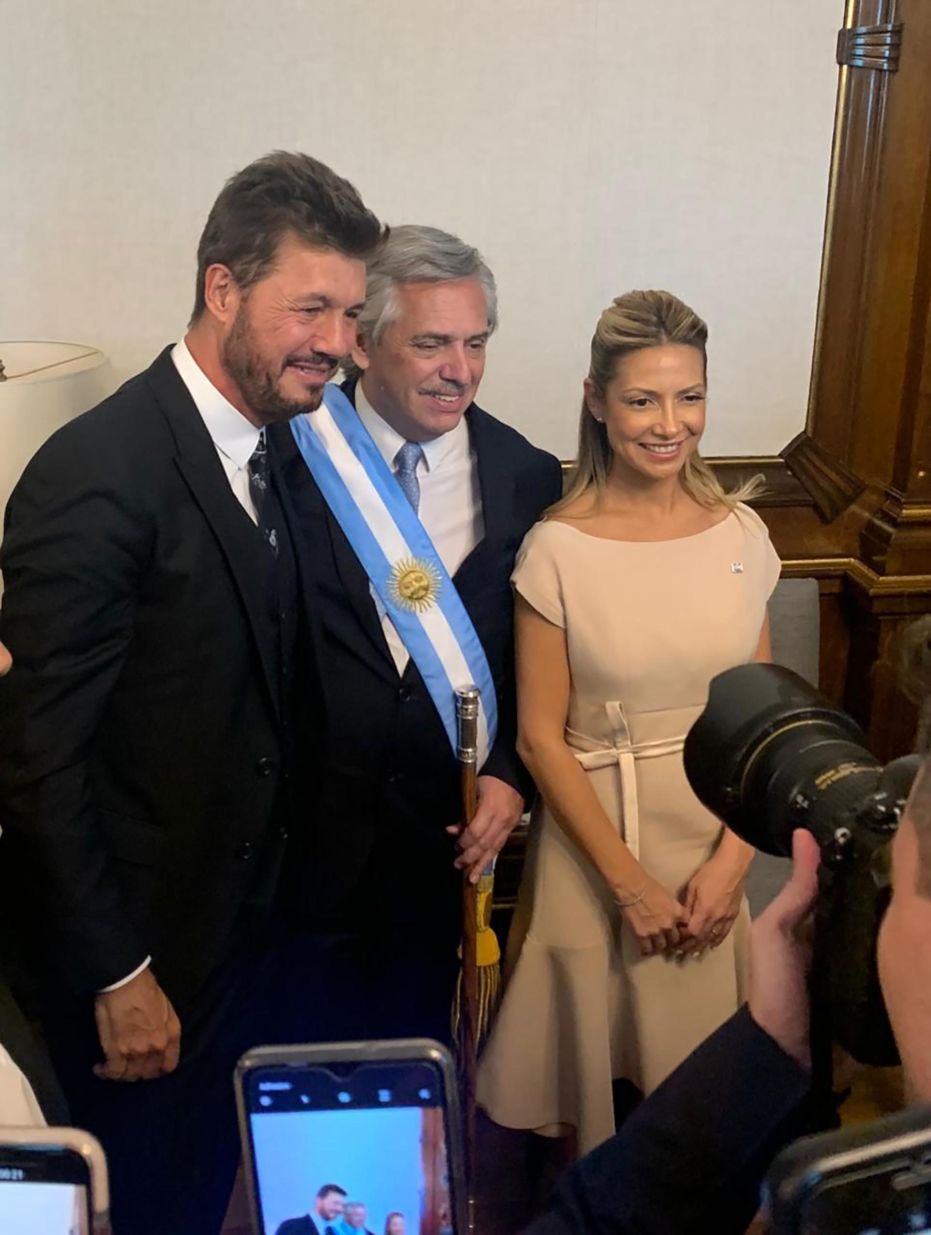El presidente Alberto Fernández, junto al conductor Marcelo Tinelli y a la primera dama Fabiola Yáñez en su despacho de la Casa Rosada