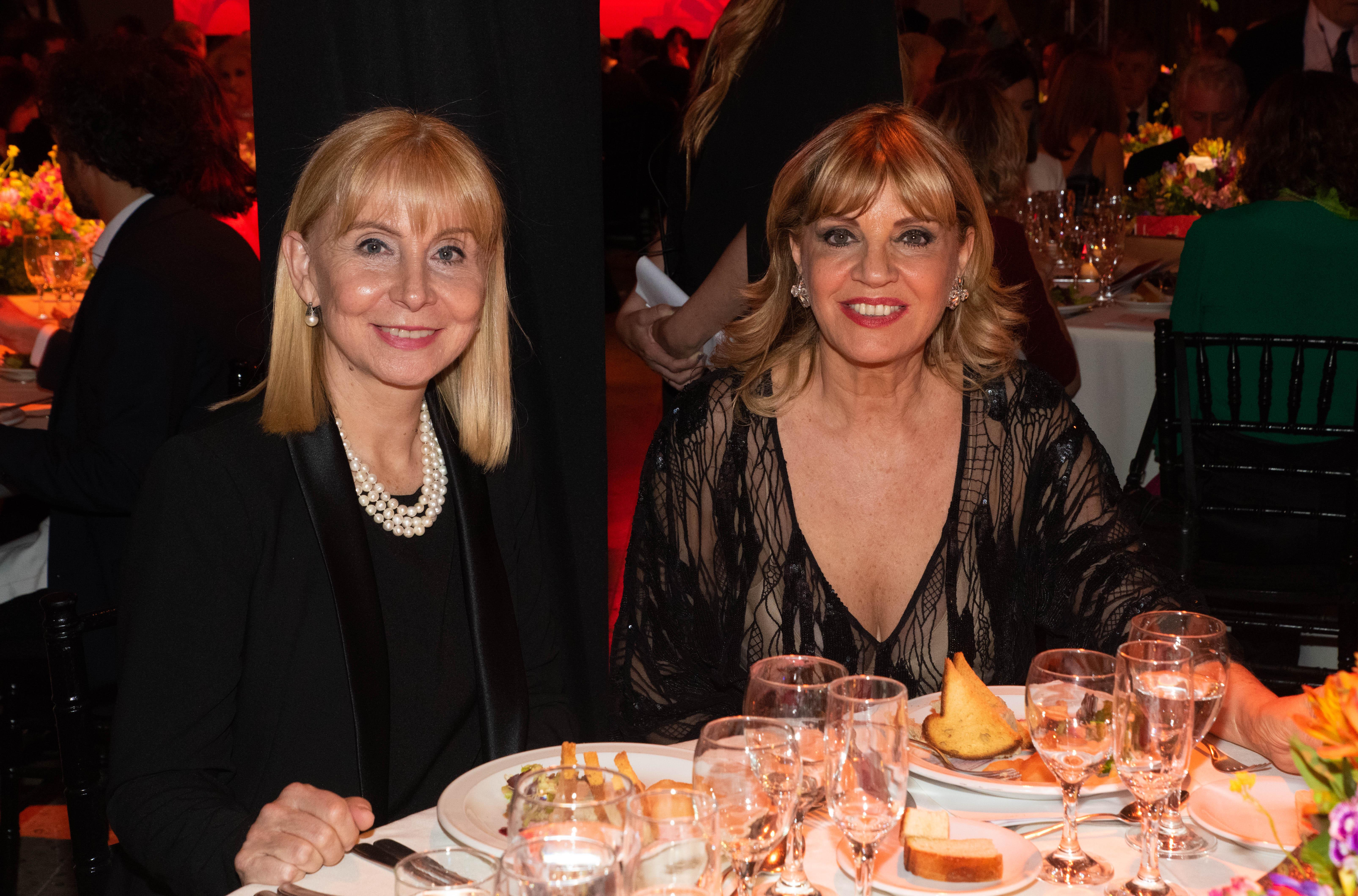 La directora general del Teatro Colón, María Victoria Alcaraz, junto a Teté Coustarot