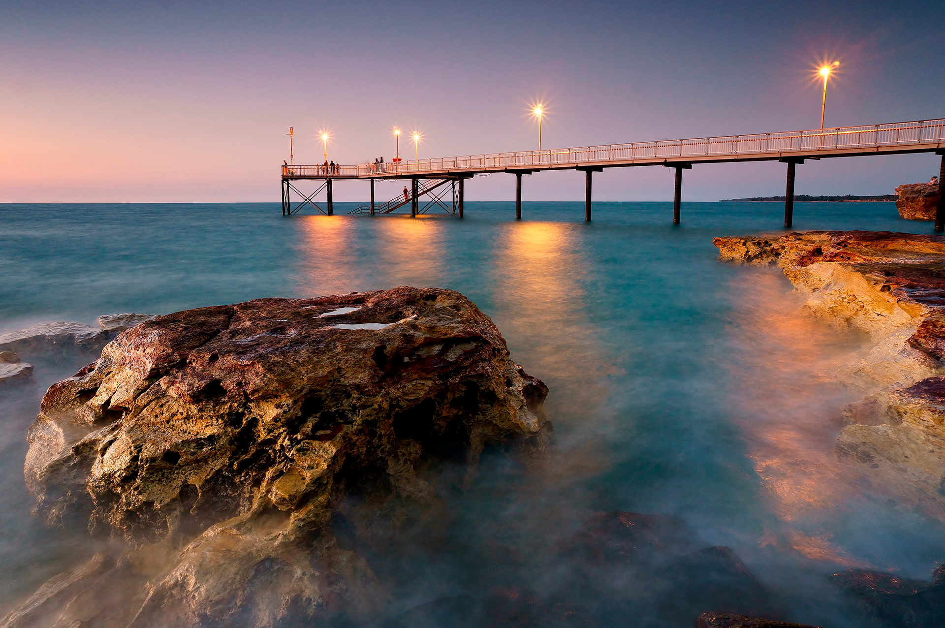 La única ciudad capital tropical de Australia y puerta de entrada al Top End, Darwin, en las tierras tradicionales de Larrakia, contempla el Mar de Timor. Está más cerca de Bali que Bondi y ciertamente se siente alejado del resto del país, que es exactamente como a los lugareños les gusta