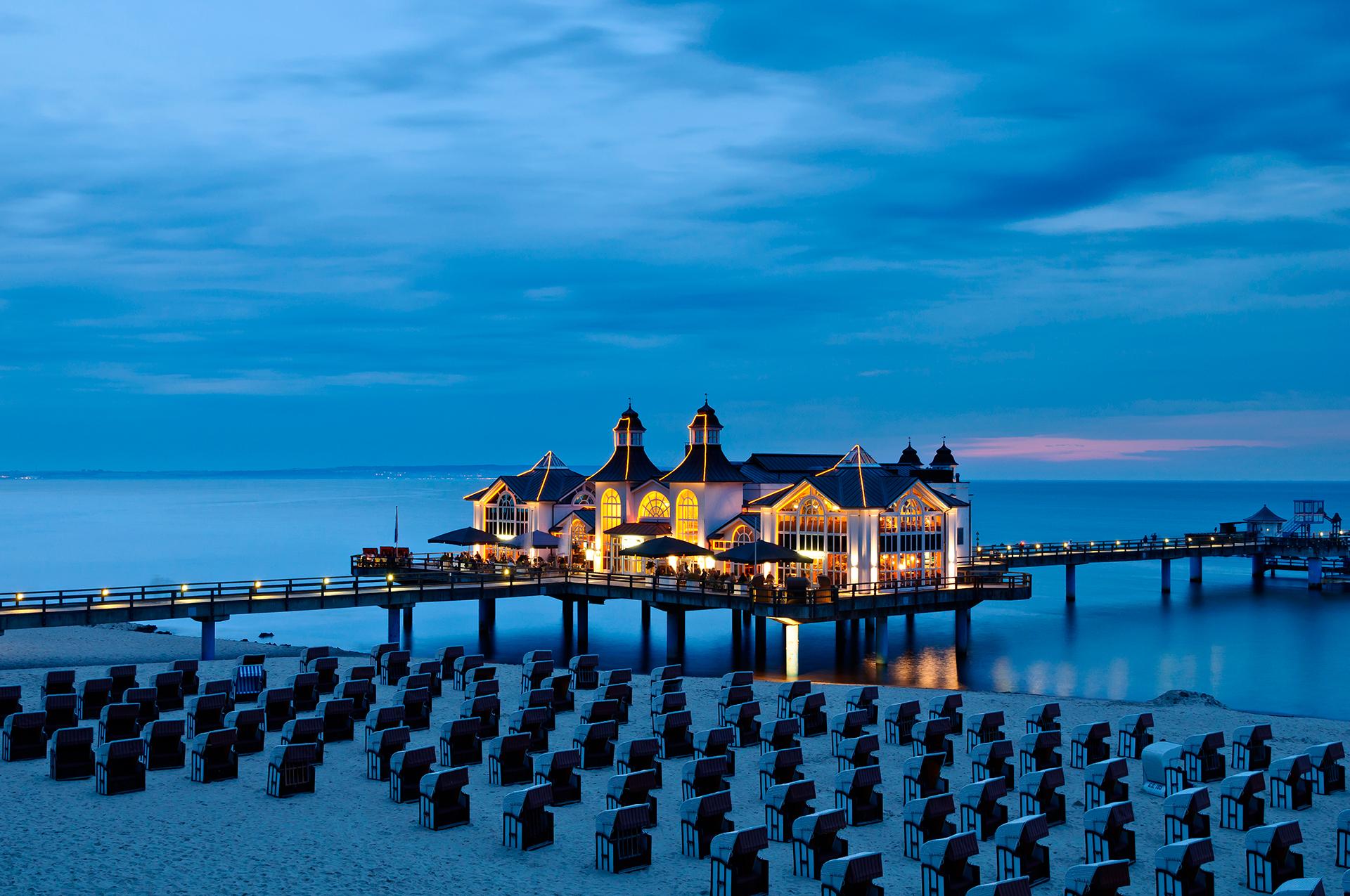 Con sus playas de arena blanca, copas de castaños, robles, olmos y álamos, una arquitectura encantadora e incluso su propio parque nacional, Rügen ofrece numerosas formas de disfrutar de la naturaleza
