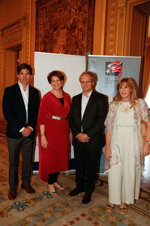MaryKay Carlson y Roberto Alexander reciben a los representantes de la empresa Johnson & Johnson