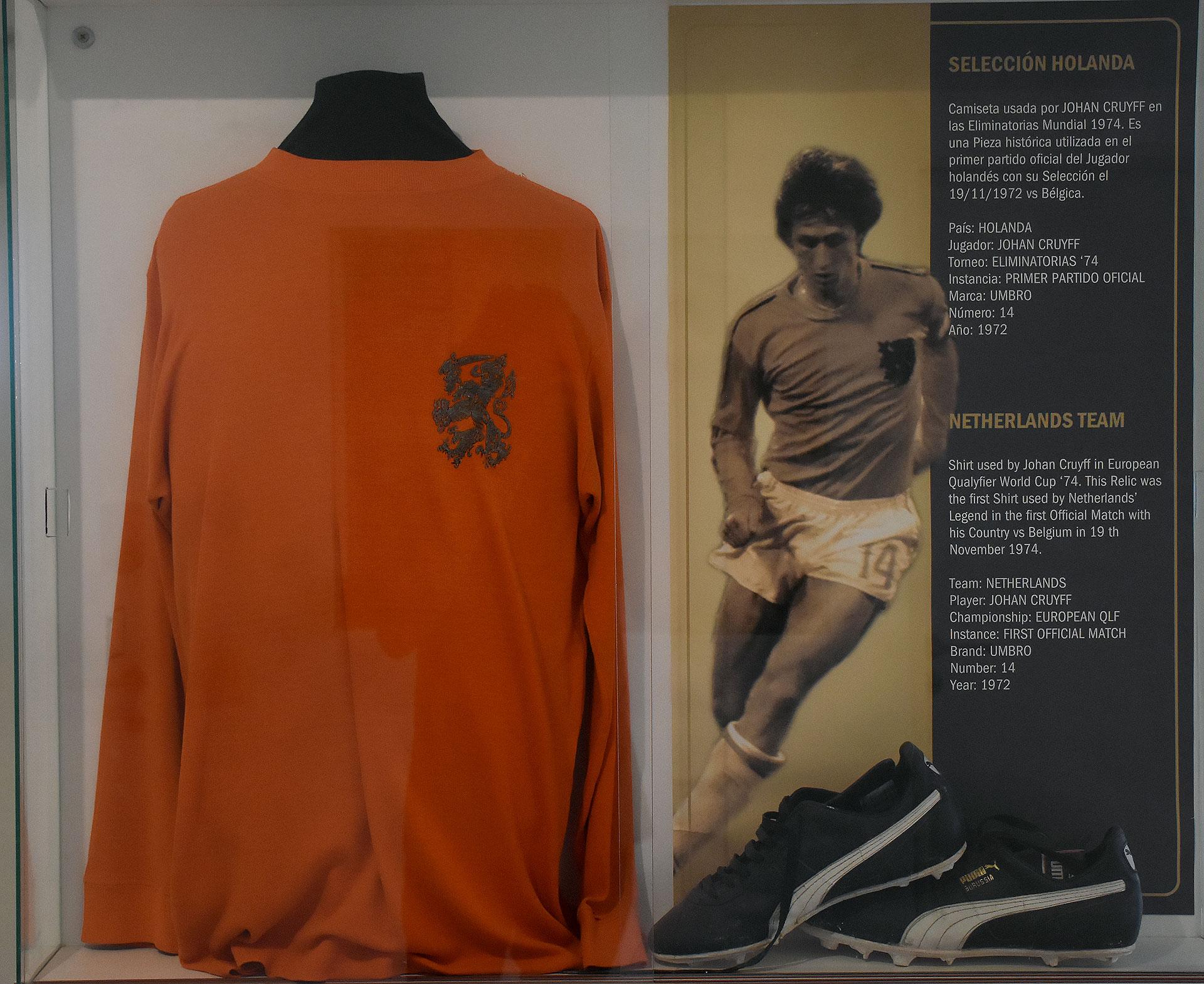 El cubículo personalizado para el holandés Johan Cruyff: camiseta y botines de un partido por las eliminatorias camino al Mundial 74 ante Bélgica. Fue su debut oficial en la selección holandesa (Nicolas Stulberg)