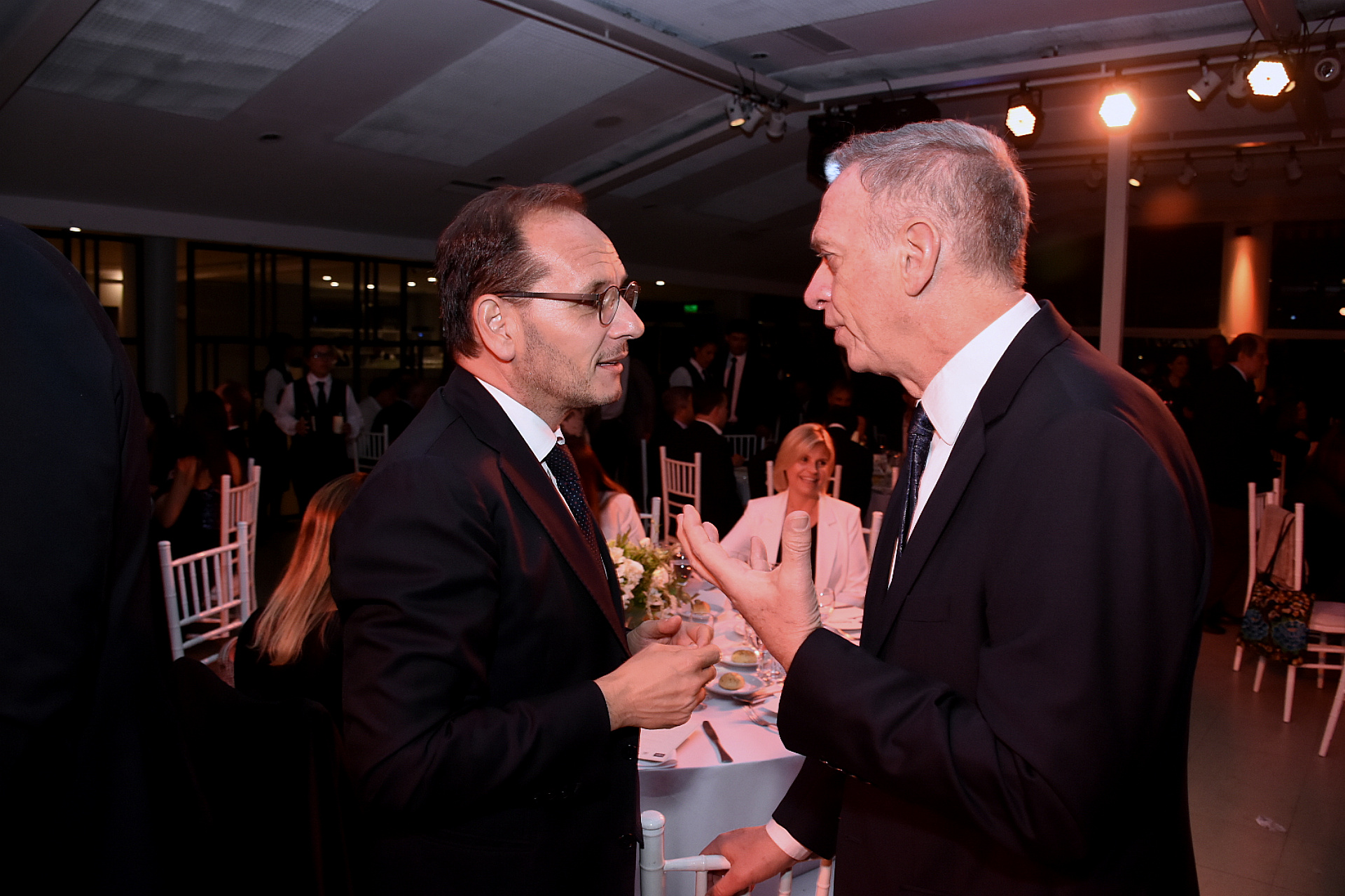 El embajador italiano Giuseppe Manzo junto al periodista Marcelo Bonelli