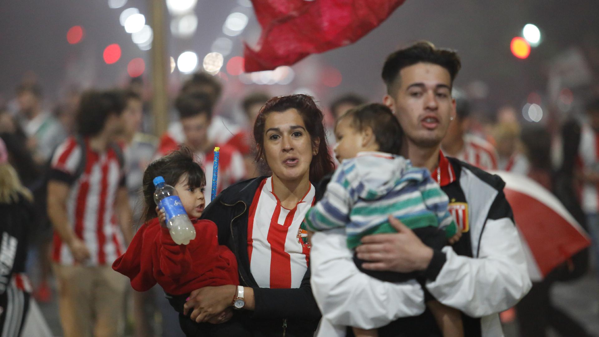 La familia de Estudiantes participó de la vigilia al nuevo estadio (Nicolás Aboaf)