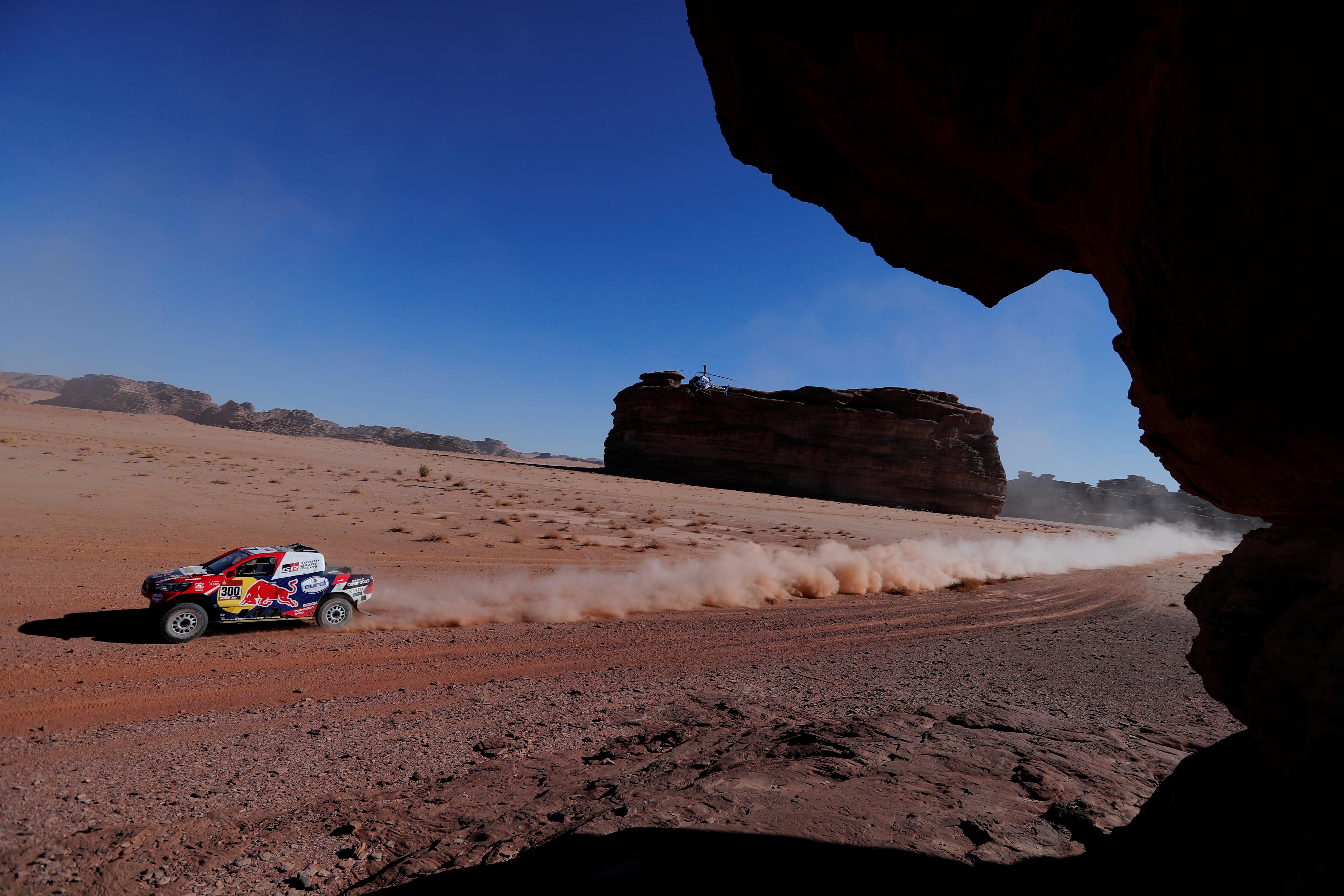 El doble vencedor de la prueba resistió al campeón del pasada edición, el catarí Nasser Al-Attiyah (Toyota), que quedó está detrás de él, a 3 minutos y 31 segundos, aunque posteriormente fue penalizado con tres minutos, lo que le retrasó hasta la quinta plaza