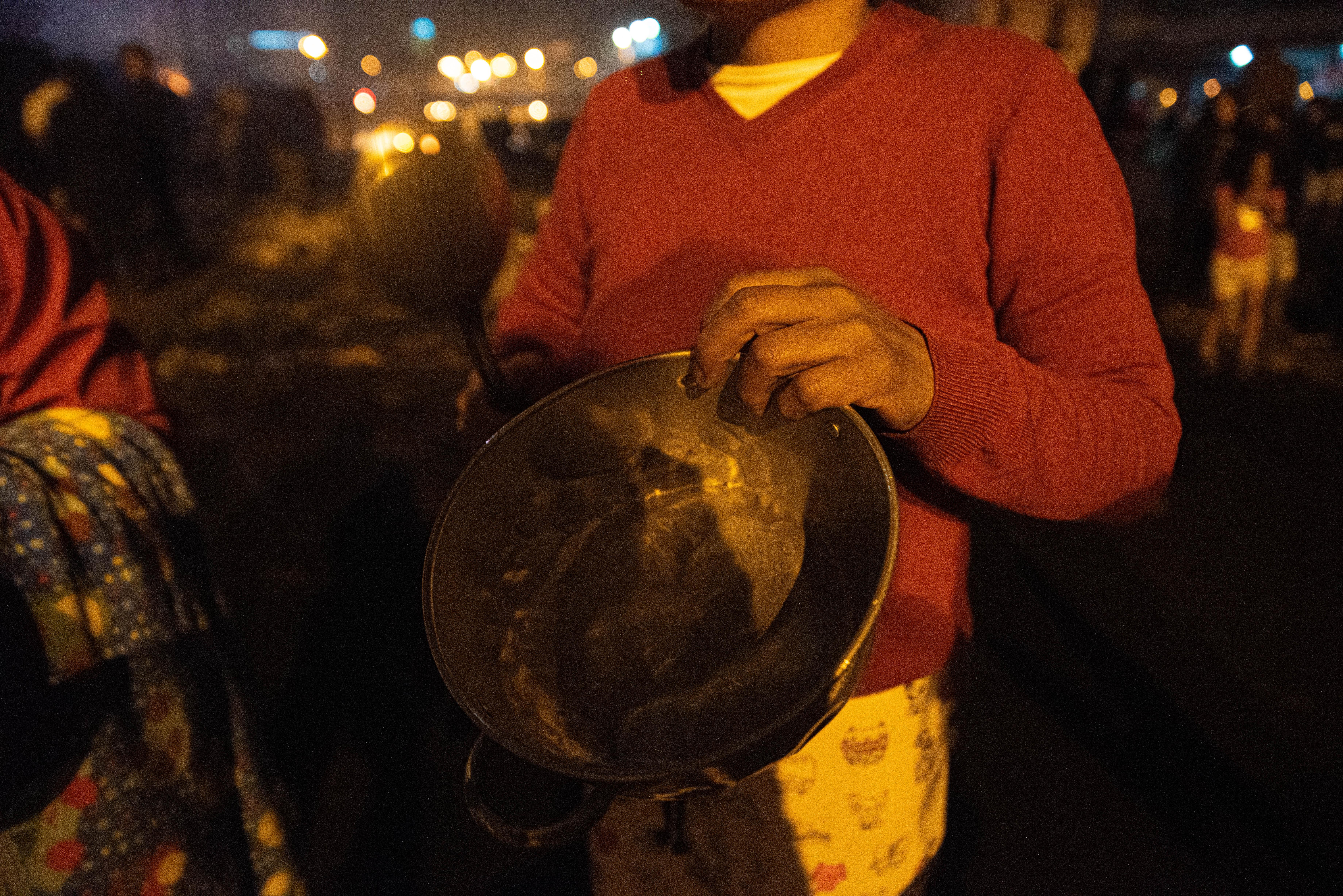 Una manifestante muestra la cacerola con la que salió a hacer ruido para celebrar la derogación del decreto 883.