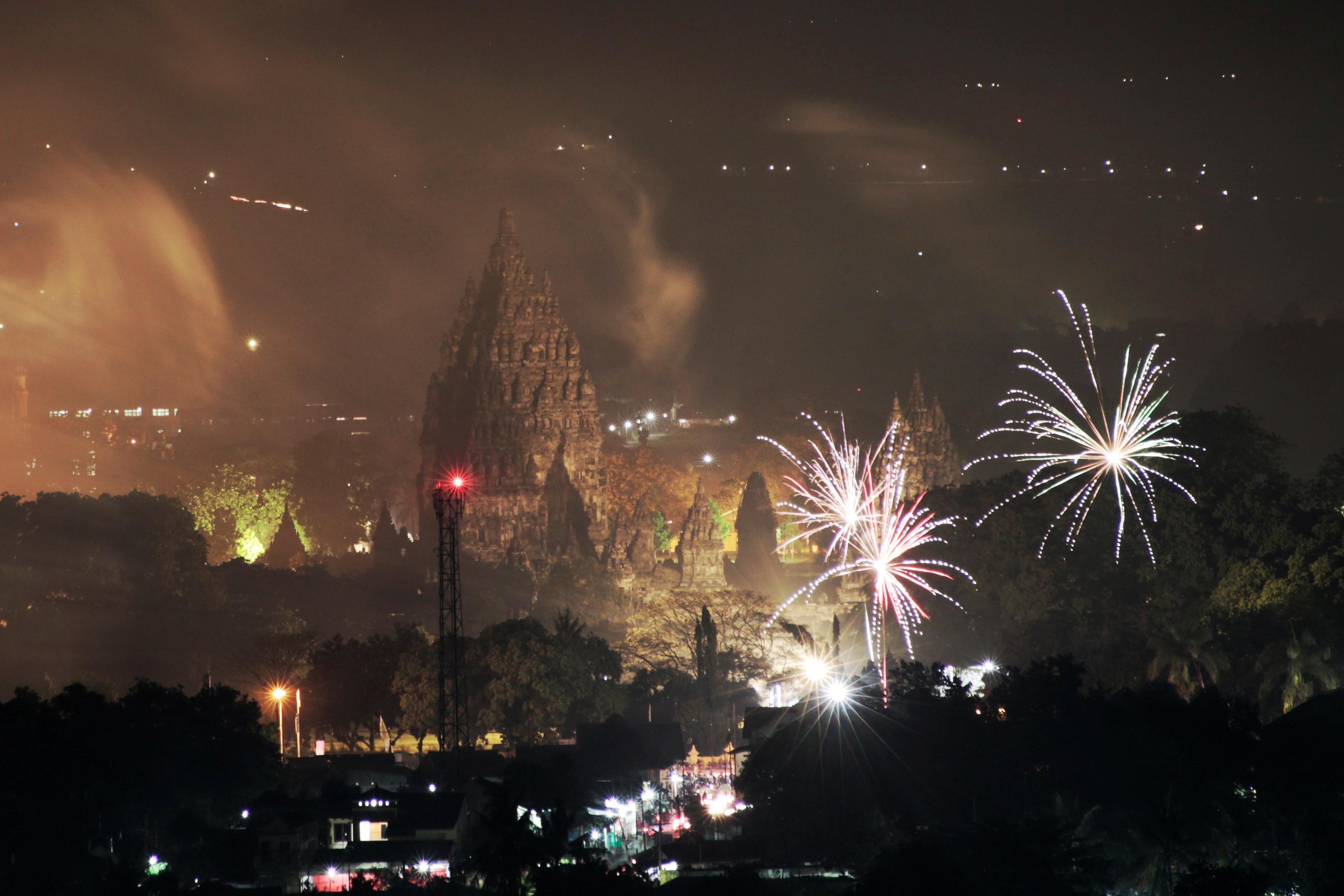 Fuegos artificiales explotan sobre el complejo de templos de Prambanan durante las celebraciones de Año Nuevo en Sleman, cerca de Yogyakarta, Indonesia (Antara Foto/Hendra Nurdiyansyah/via REUTERS)
