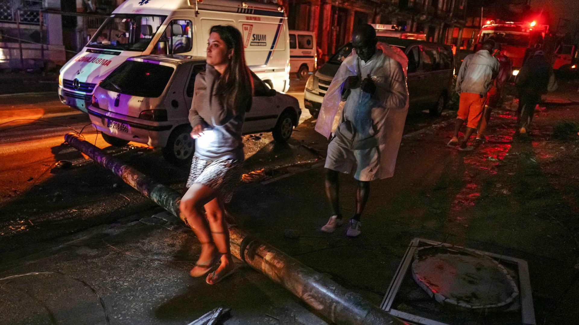 El tráfico quedó complicado por la caída de postes y las personas debieron caminar (AFP)