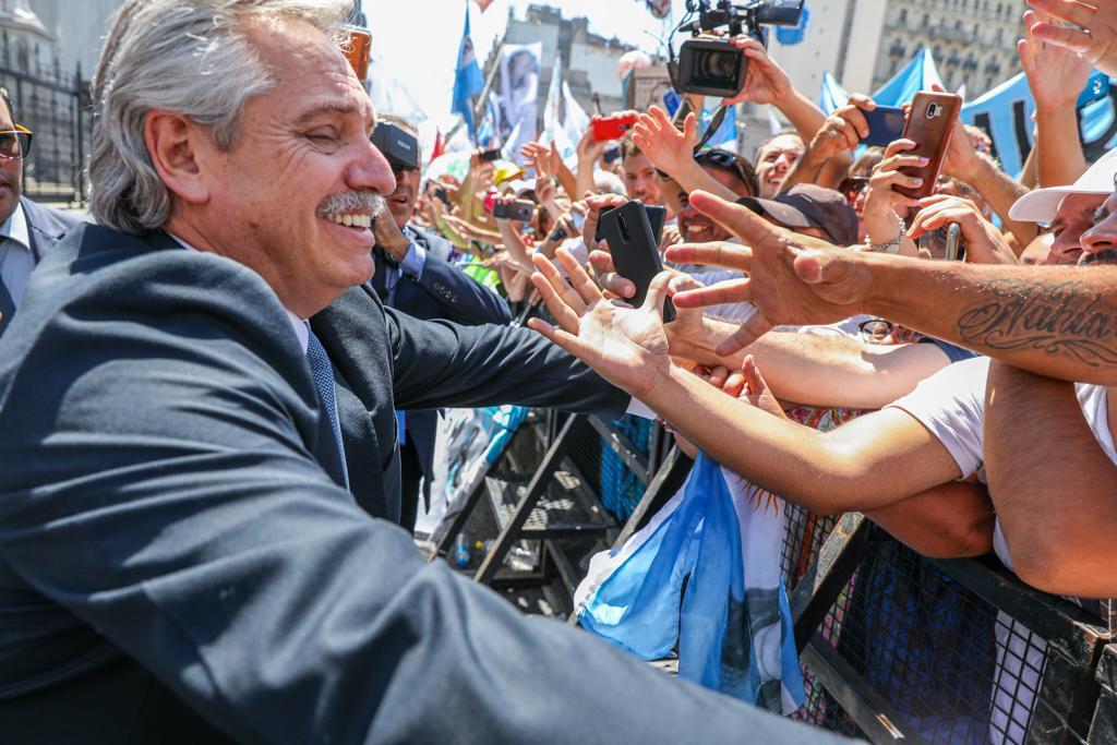 Alberto Fernández saluda a la militancia en la calle