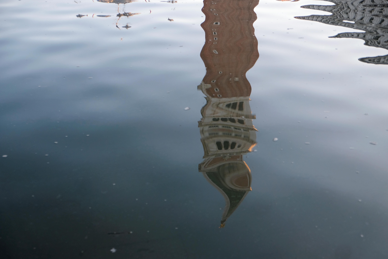 El campanario de San Marcos (Campanile) se refleja en el agua durante la marea alta en Venecia, Italia, el 24 de diciembre de 2019 (REUTERS/Manuel Silvestri)