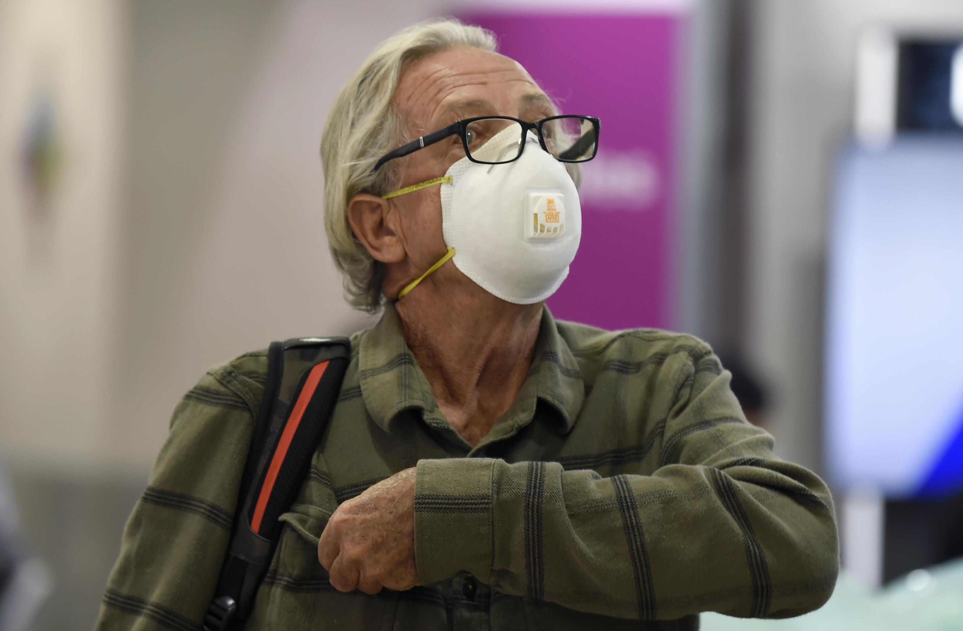 Los pasajeros usan máscaras protectoras al aterrizar en el aeropuerto internacional de la Ciudad de México, el 17 de marzo de 2020, cuando el nuevo coronoavirus, COVID-19, se extiende por todo el mundo. - El Ministerio de Salud de México confirmó los 83 casos de coronavirus del país el lunes.