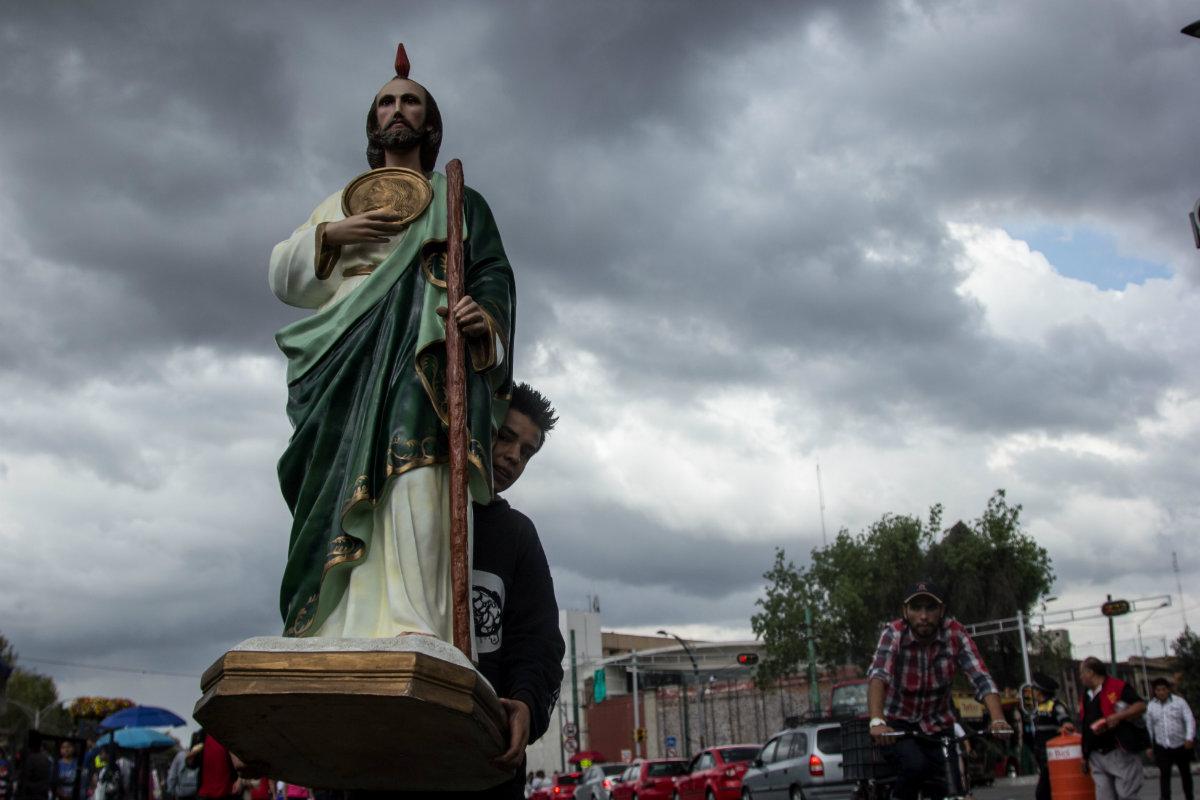 Fiel cargando una imagen de San Judas Tadeo