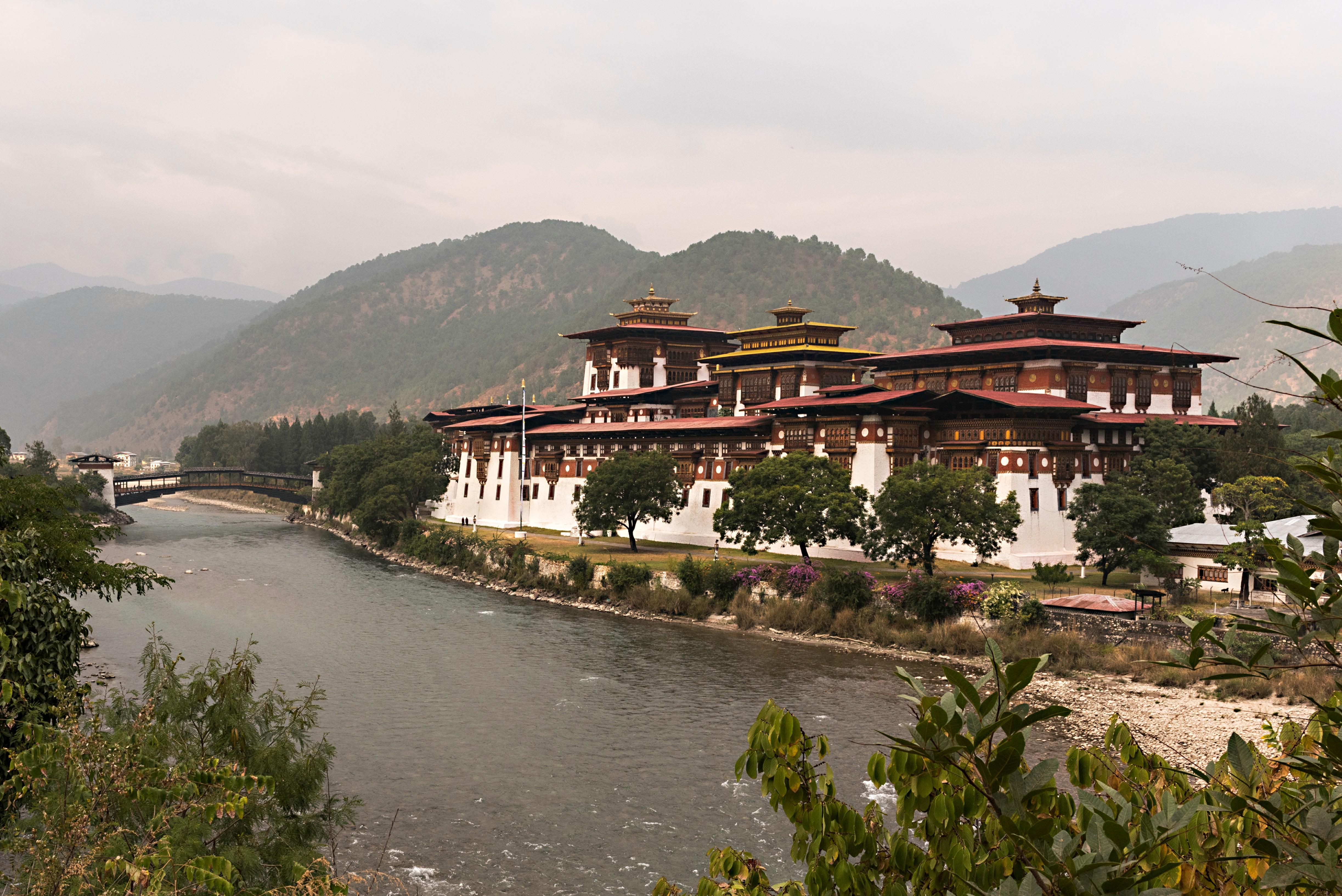 El Punakha Dzong, ubicado en la confluencia de los ríos Pho Chu y Mo Chu es el dzong más admirado de Bután, por su belleza y por ser representativo de la arquitectura del reino