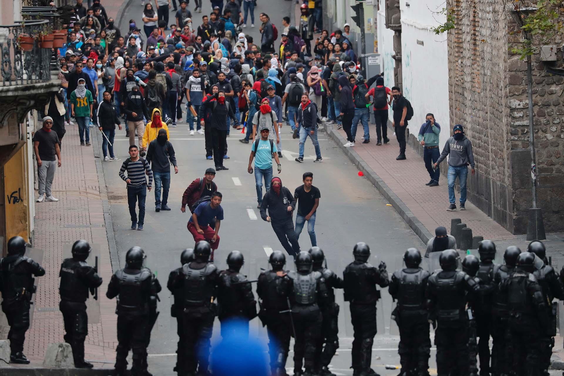 Un cordón policial intenta contener el avance de los manifestantes (AP Photo/Dolores Ochoa)