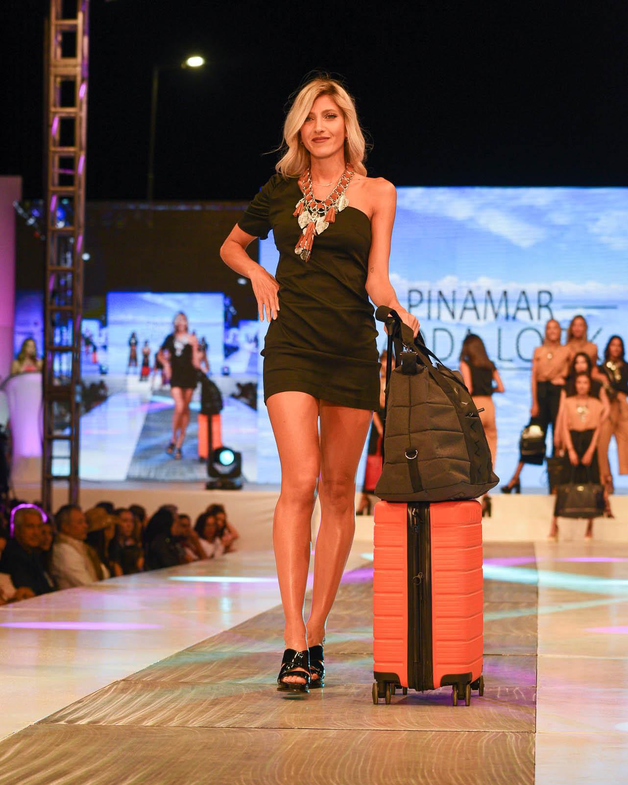 La firma Amayra presentó por segundo año consecutivo toda lo que se viene en carteras, mochilas, bandoleras, valijas, accesorios. La pasada la cerró una vez más Ruggeri, con una elegante opción de carry on