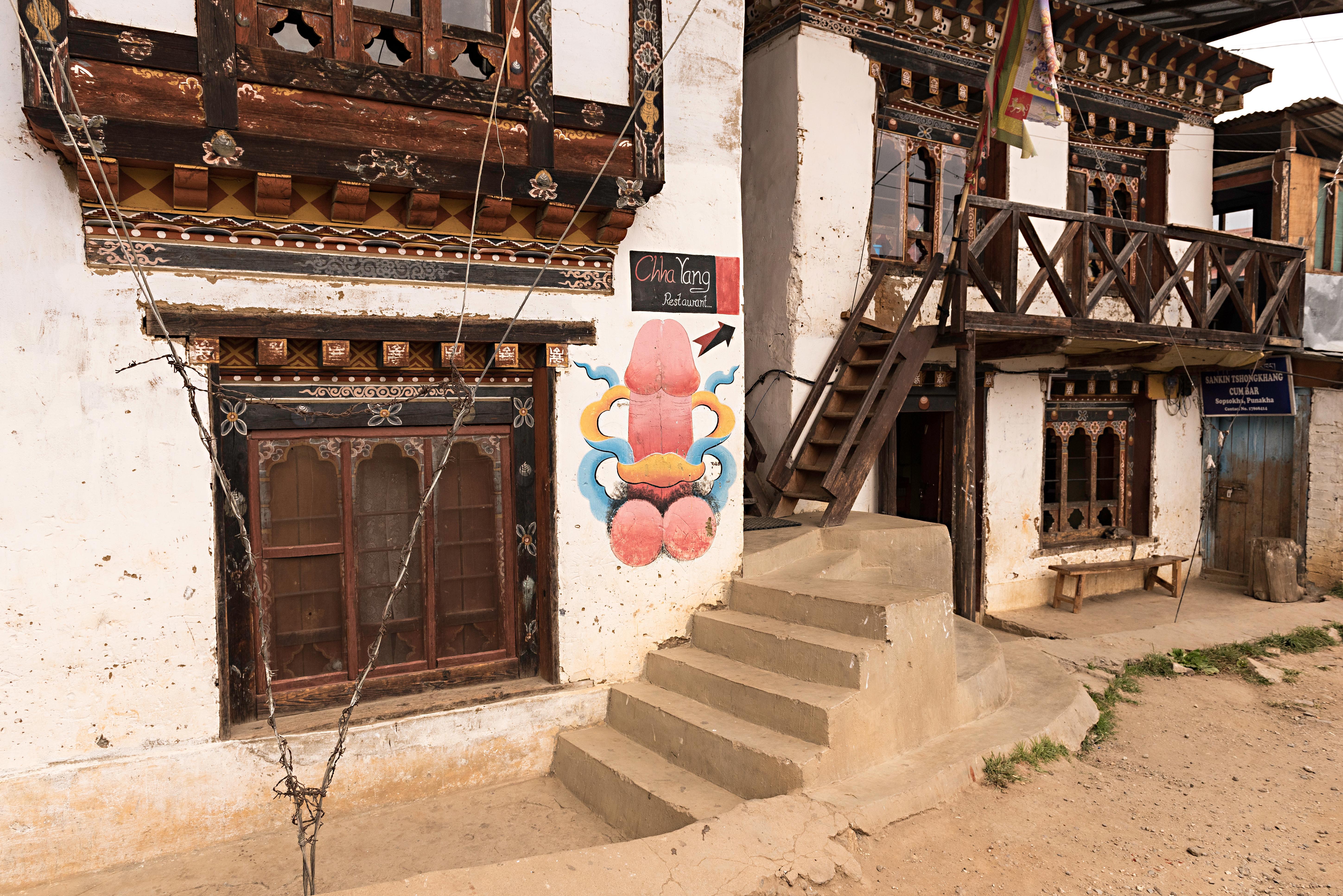 En Punakha se encuentra el templo de la fertilidad, al cual concurren las parejas sin hijos para pedir descendencia. Dicho templo es uno de los más venerados del reino, y es usual ver en las paredes de las casas cercanas dibujos y pinturas representando a los órganos sexuales masculinos