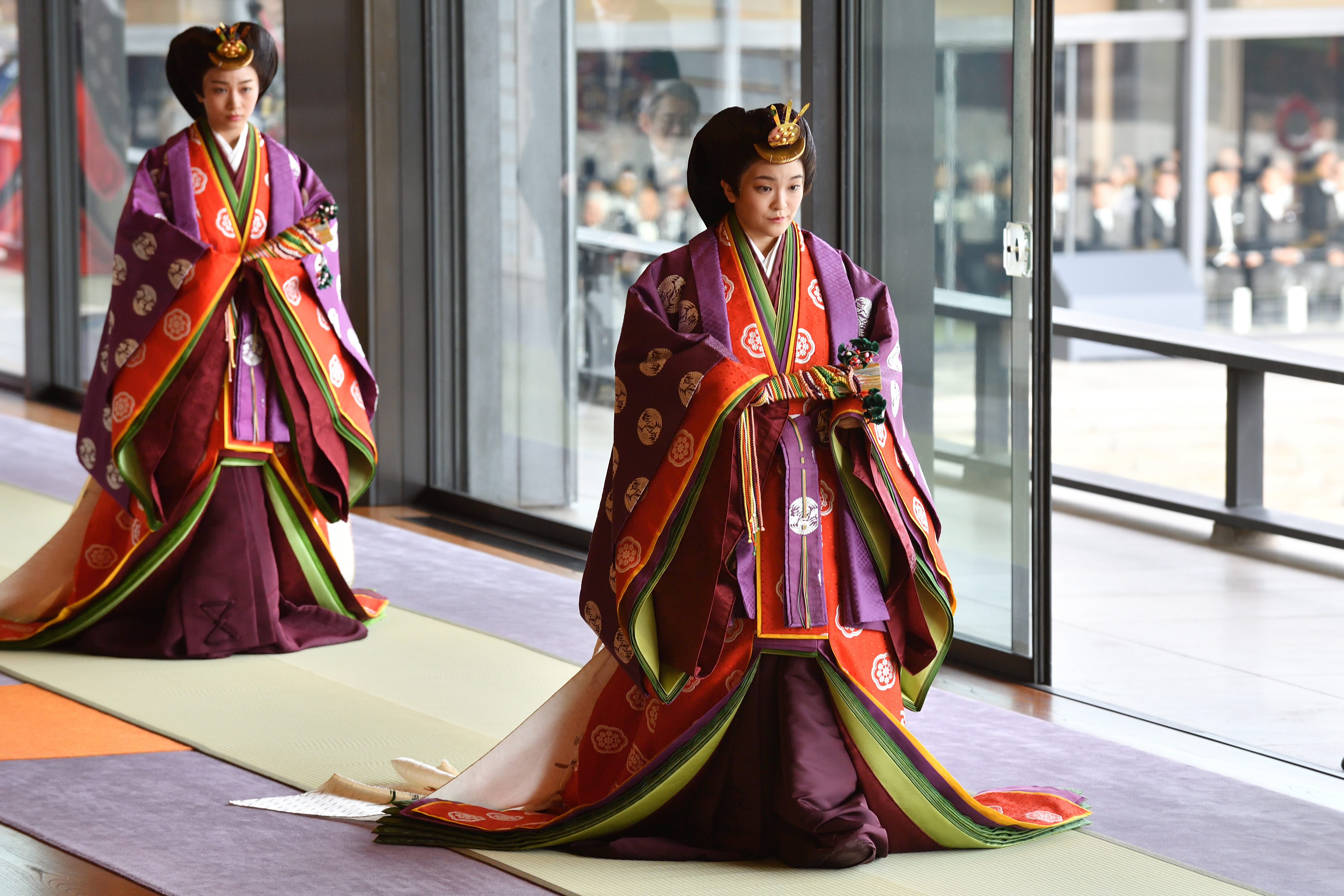 La Princesa Mako de Japón (derecha) asiste a la ceremonia de entronización donde el Emperador Naruhito proclamó oficialmente su ascensión al Trono del Crisantemo en el Palacio Imperial de Tokio (AFP)