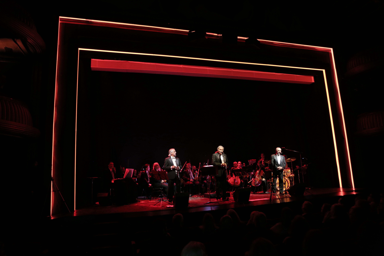 El show también contó con la presencia de una orquesta en vivo, en un evento sin precedentes para el género beat melódico
