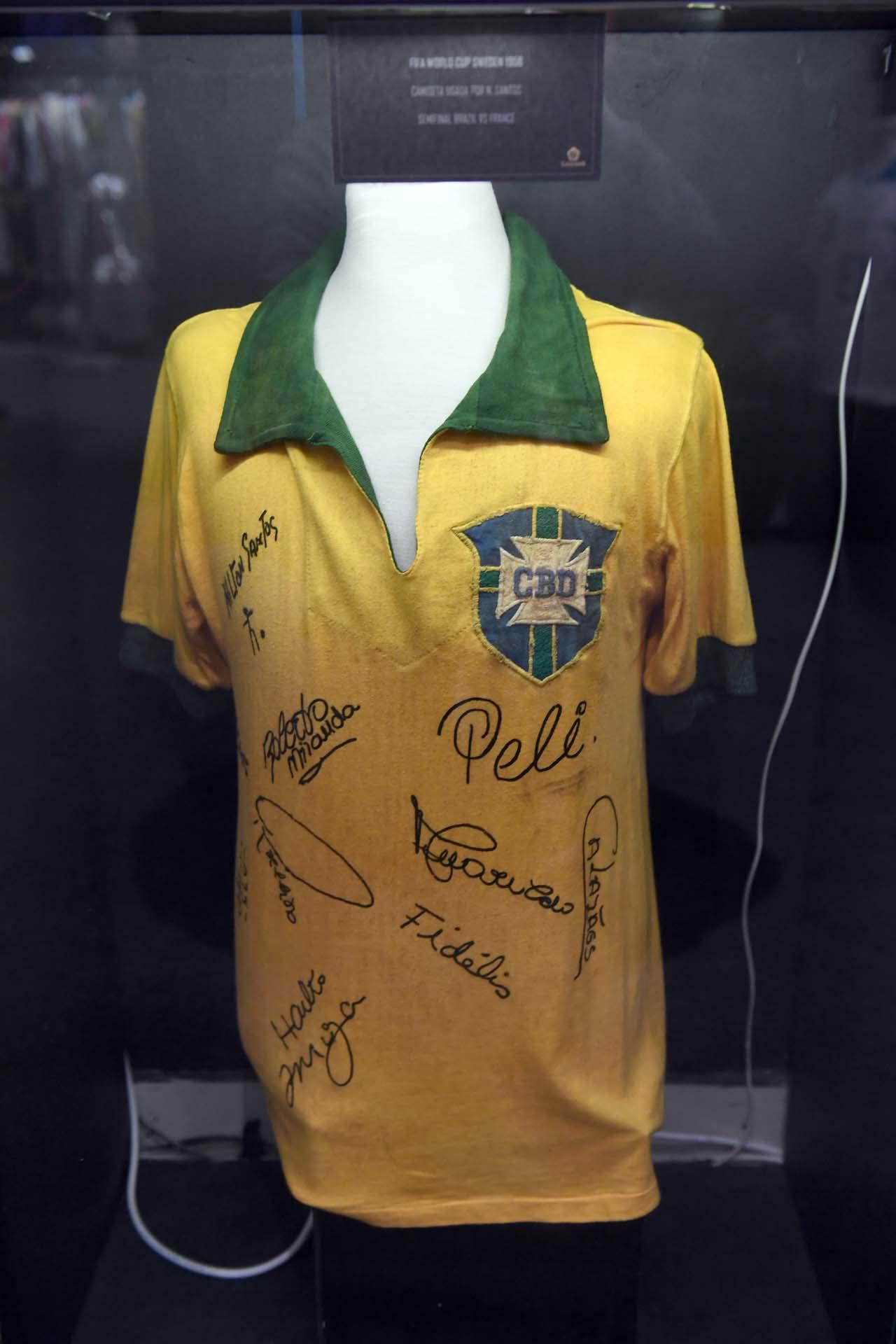 Camiseta del brasileño Milton Santos autografiada del año 1958, cuando se disputó el Mundial de Suecia (Nicolás Stulberg)