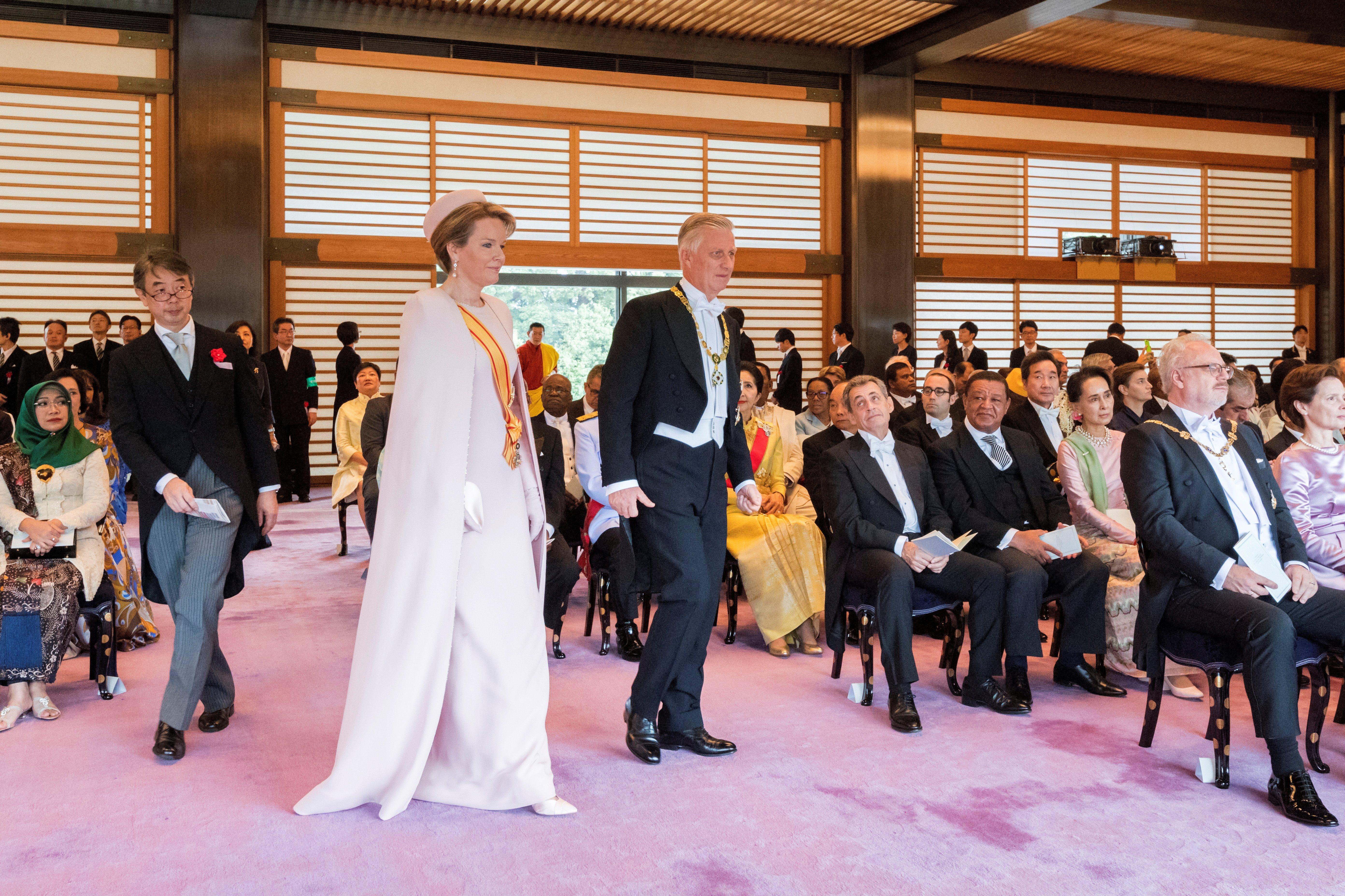 El rey Felipe de Bélgica (centro a la derecha) y a la reina Mathilde (centro a la izquierda) asistiendo a la ceremonia de entronización donde el emperador japonés Naruhito proclama oficialmente su ascensión al Trono del Crisantemo en El Palacio Imperial de Tokio. En la segunda fila, el ex presidente francés Nicolas Sarkozy (AFP)