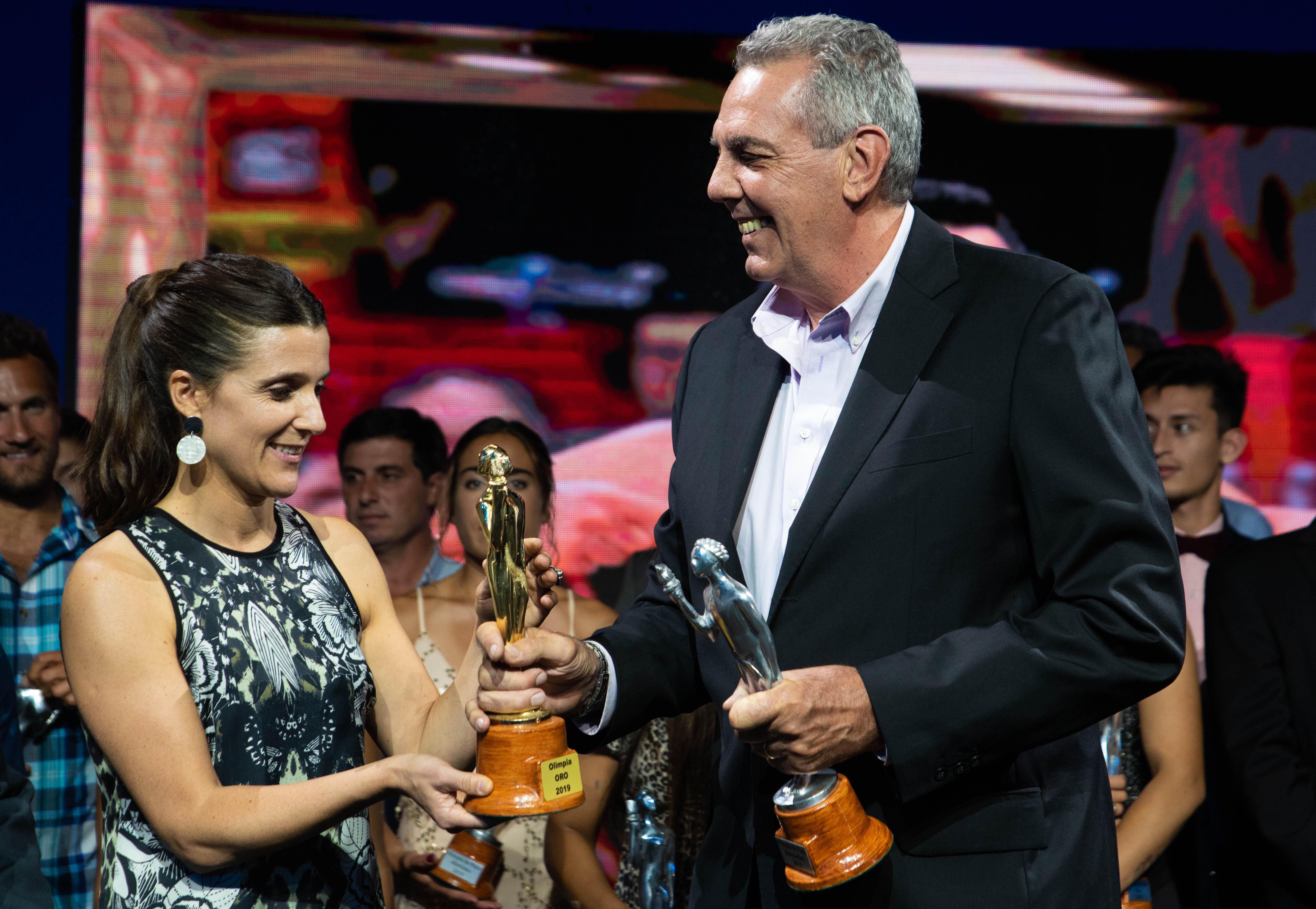 Inés Arrondo, la nueva secretaria de deportes de la Nación, le entregó el Olimpia de oro a Mario Scola, el papá de Luis