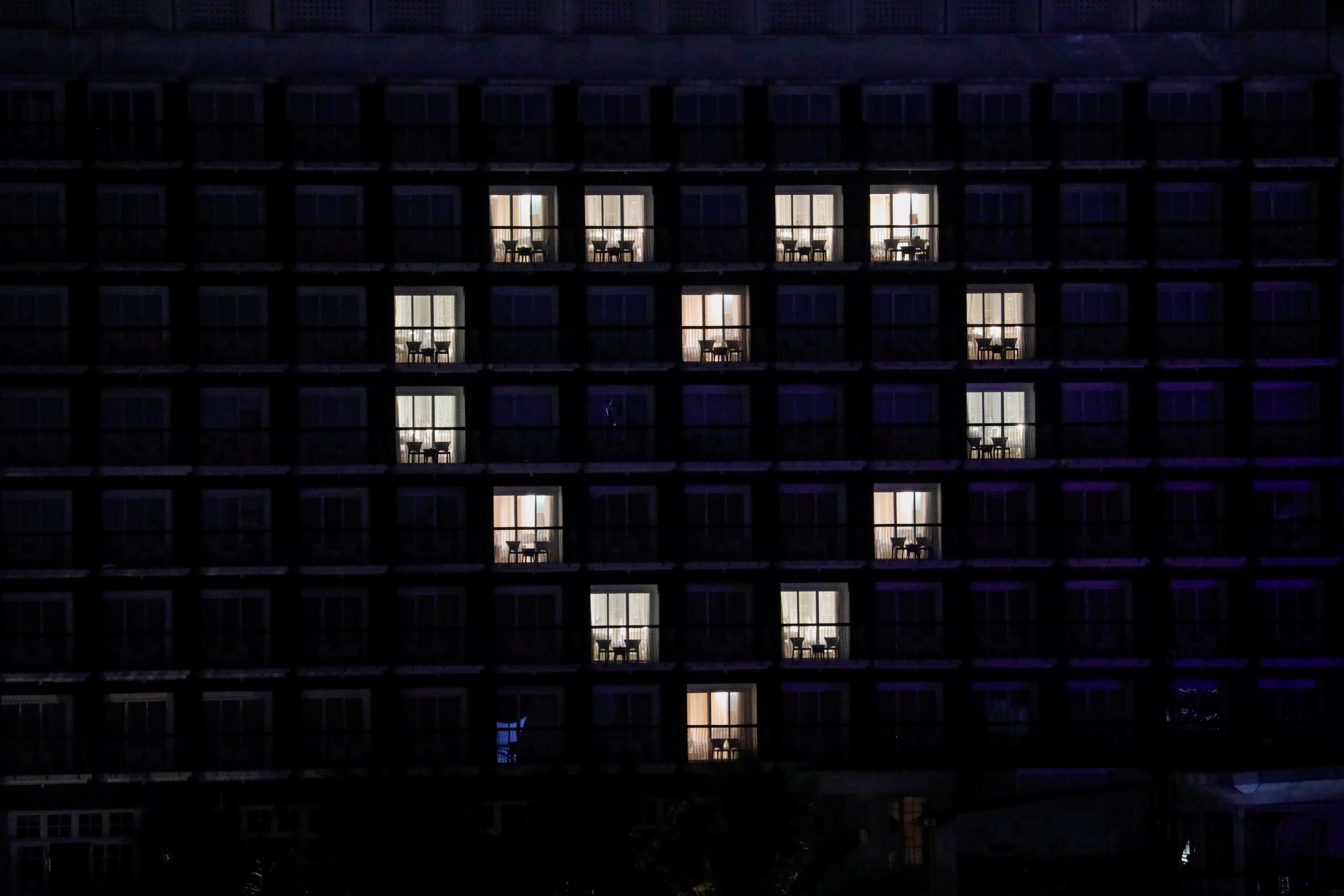Las habitaciones del hotel 101 de Bogor, Indonesia, iluminadas para dibujar un corazón dedicado a los trabajadores médicos (REUTERS/Willy Kurniawan)
