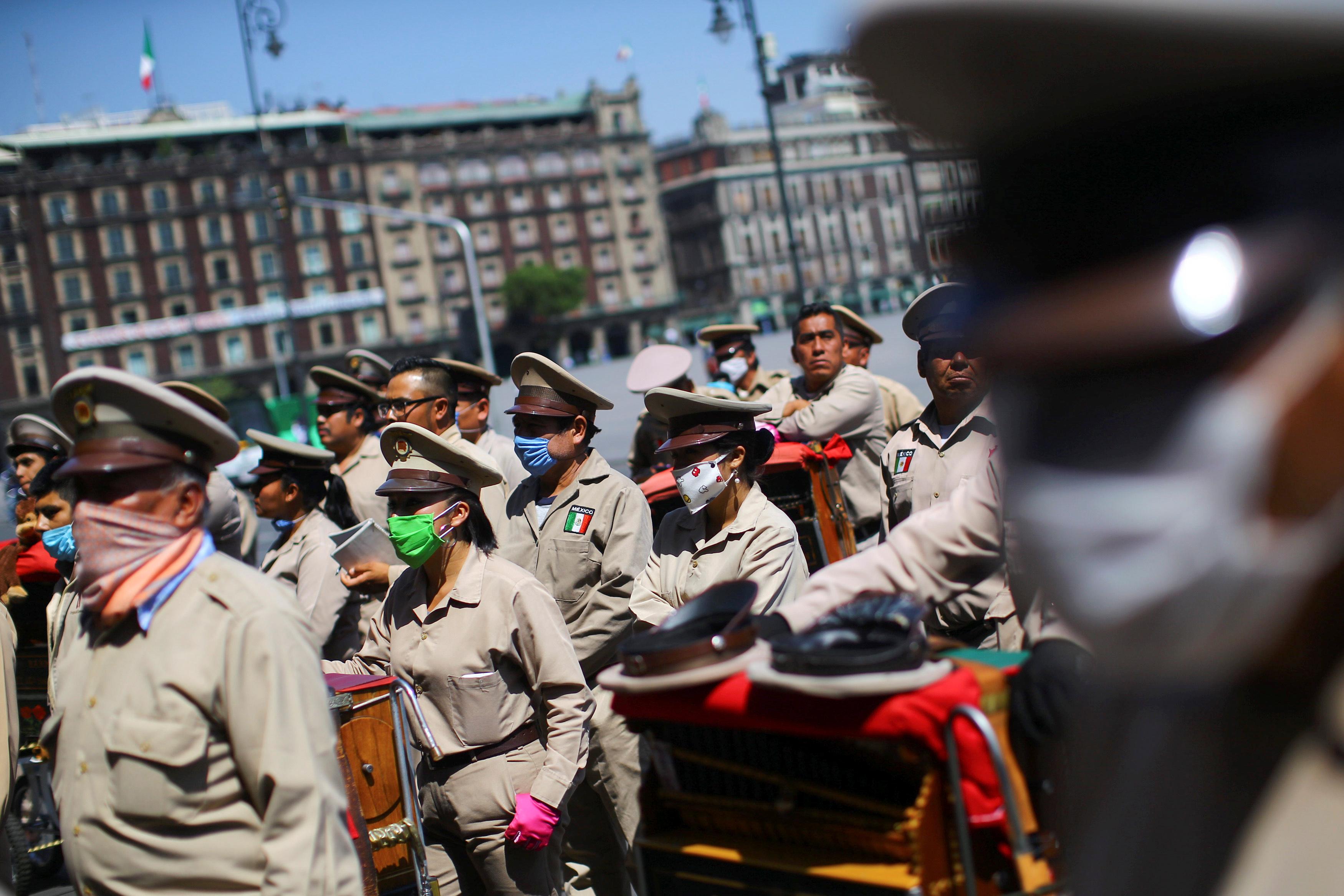 Los organilleros tradicionales participan en una manifestación para exigir el apoyo del gobierno durante el brote de la enfermedad por coronavirus (COVID-19), en la Ciudad de México, México, 31 de marzo de 2020.