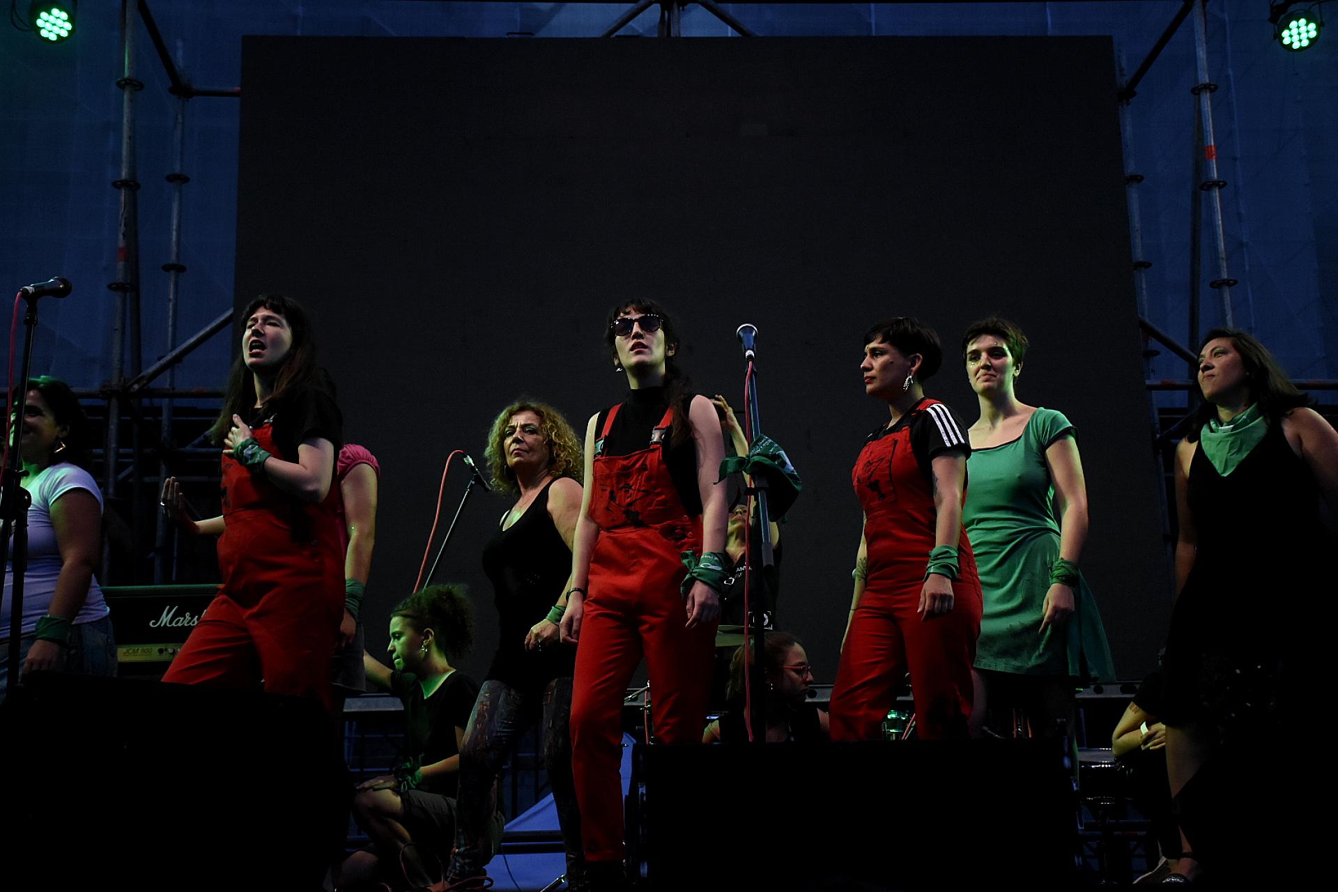 También, sobre el escenario, hubo un show musical del colectivo chileno