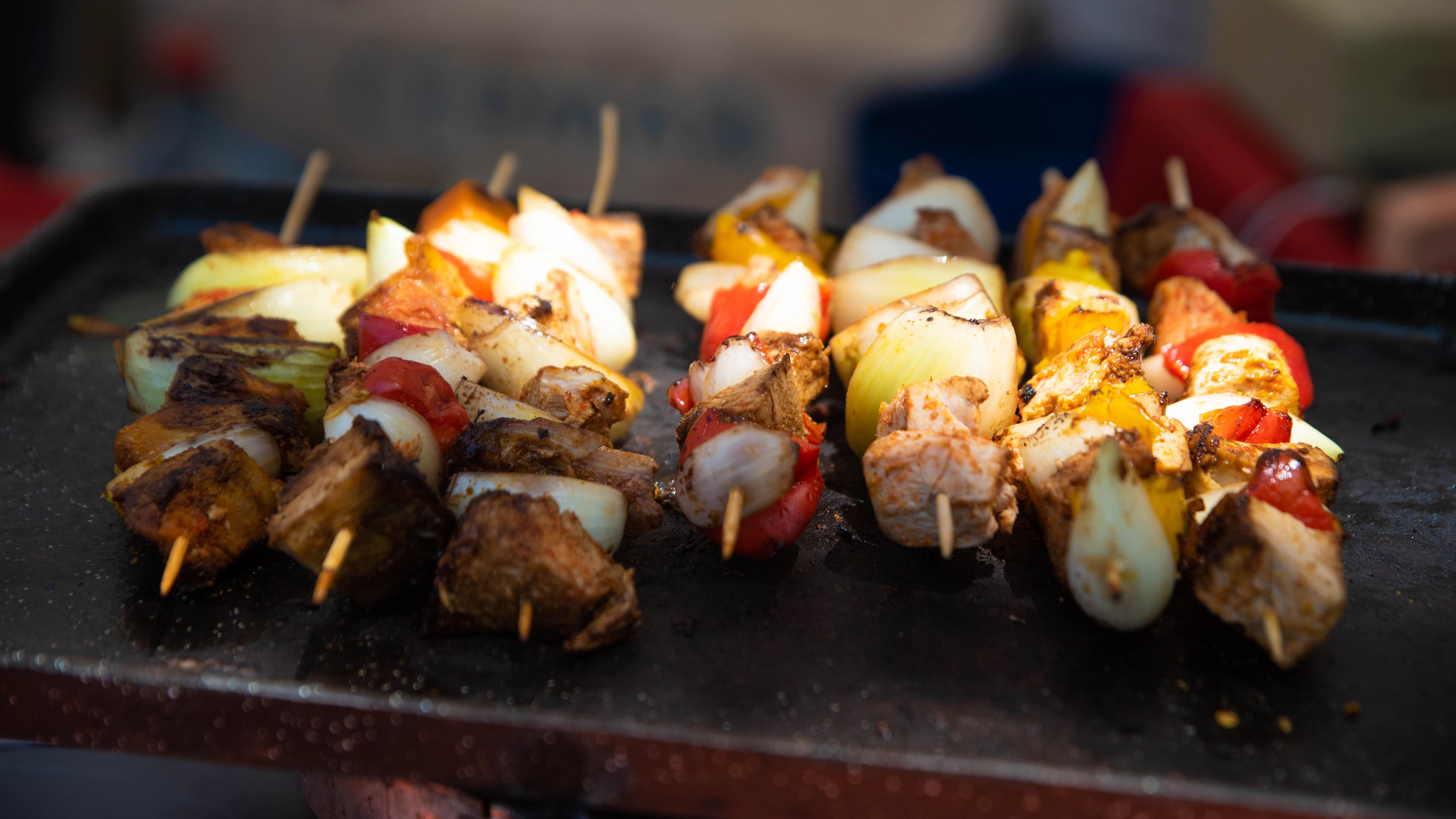 Los comerciantes aprovecharon para vender sus comidas típicas.