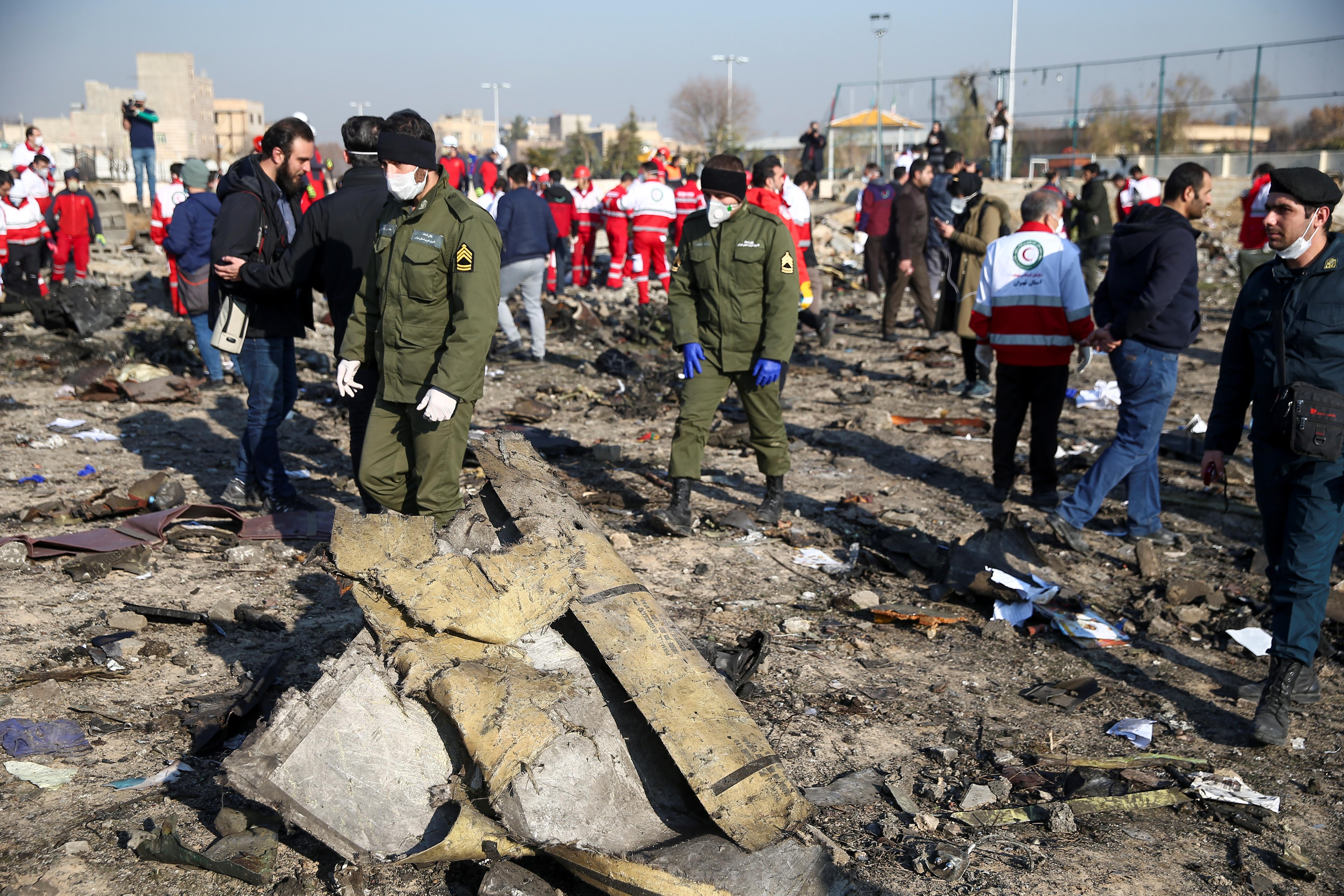 Rescatistas trabajan en el lugar del accidente (REUTERS)